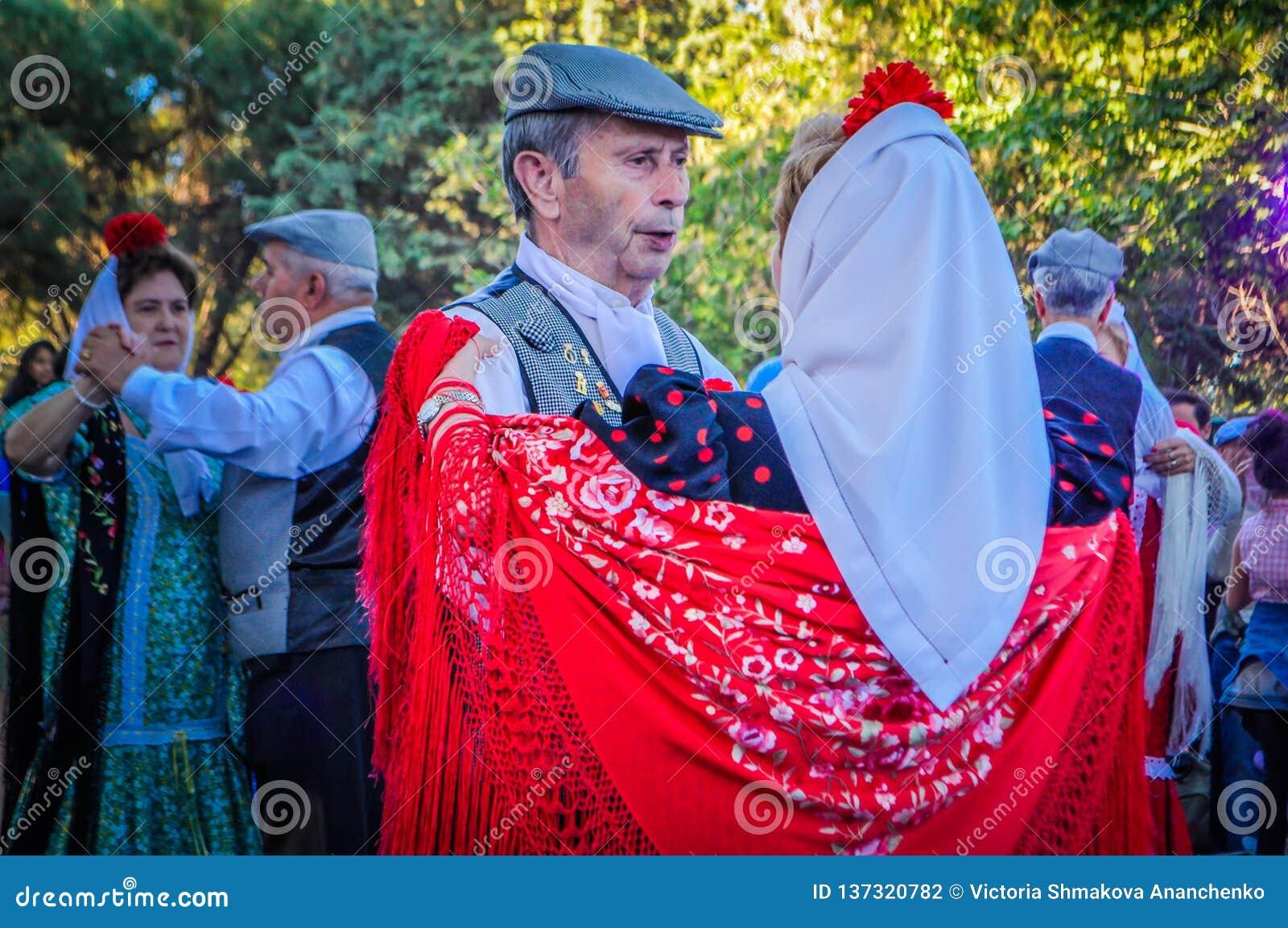 Een hoger paar is het dansen Chotis tijdens San Isidro in Madrid, Spanje
