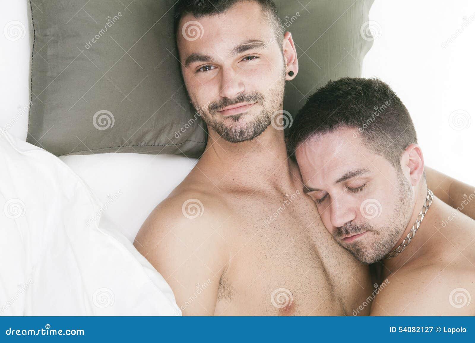 Een homoseksueel paar onder een bed in studiowit