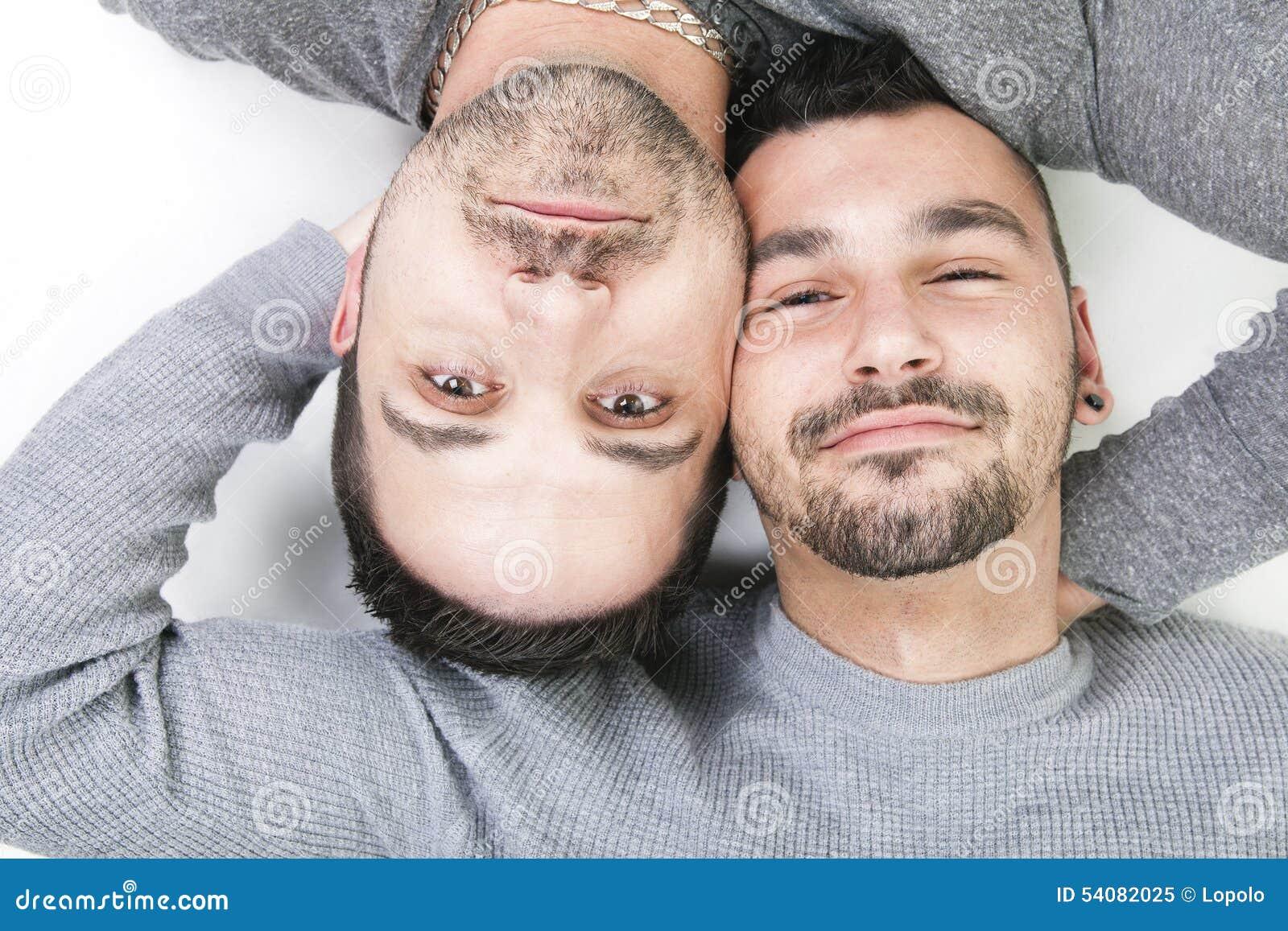 Een homoseksueel paar over een witte achtergrond