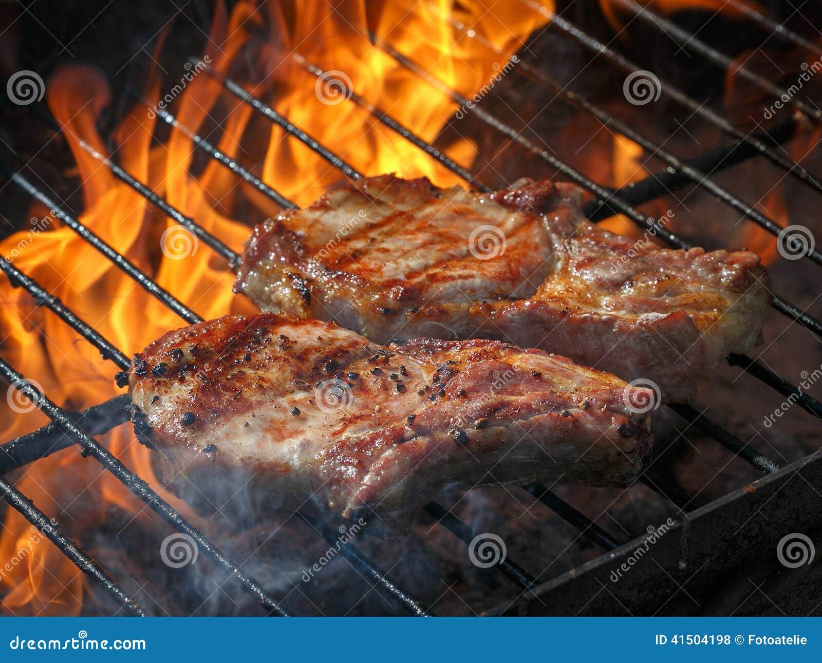 Een hoogste die lendelapjevlam op een barbecue, ondiepe diepte o wordt geroosterd
