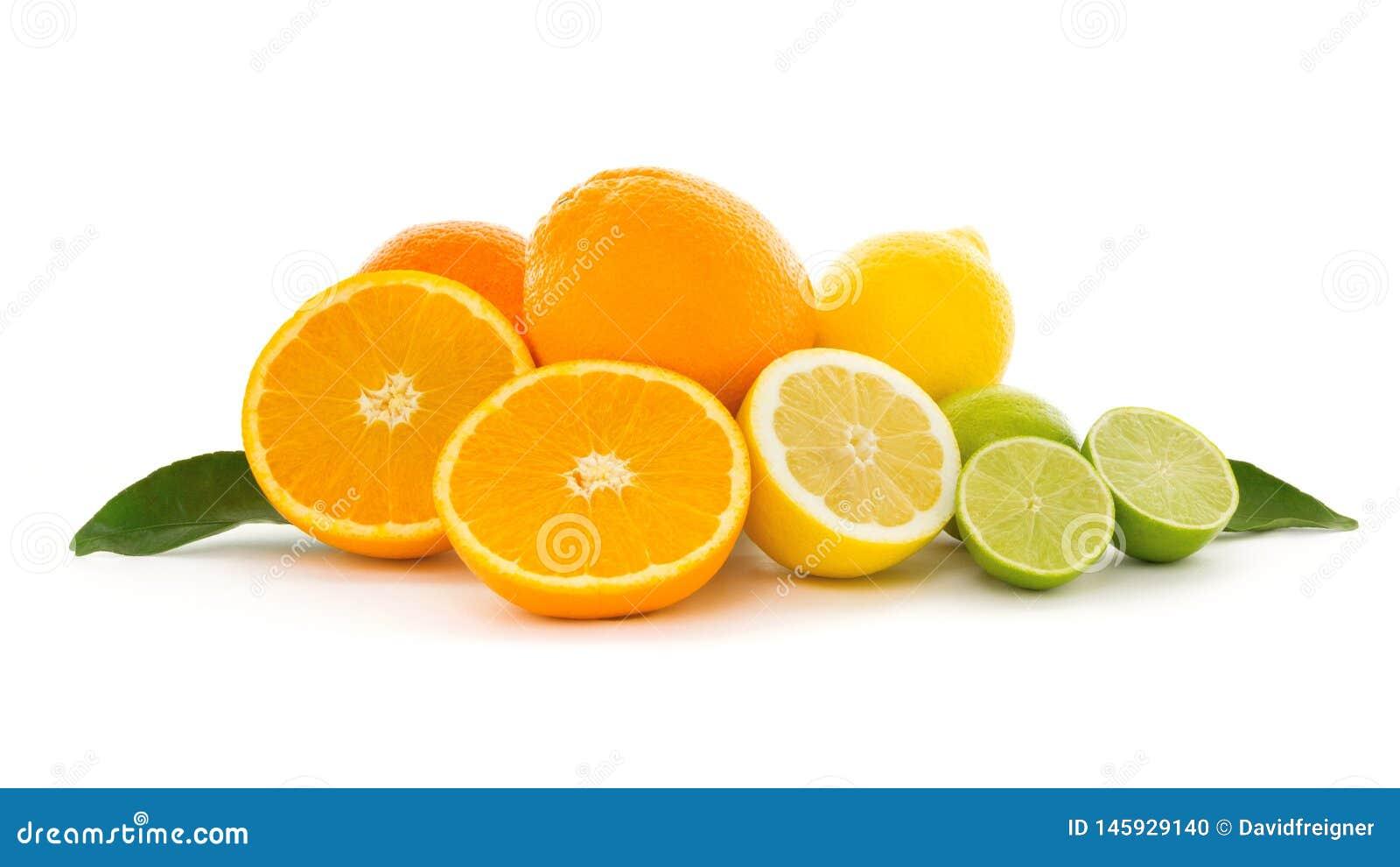 Een hoop van verschillende tropische die citrusvruchten op witte achtergrond worden geïsoleerd Gezond voedsel en voeding, veganis