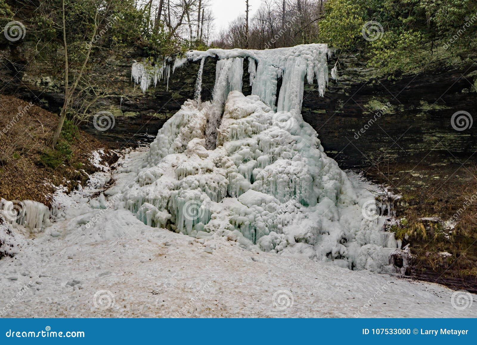 Een Horizontale Mening van de Bevroren Cascadedalingen - 2