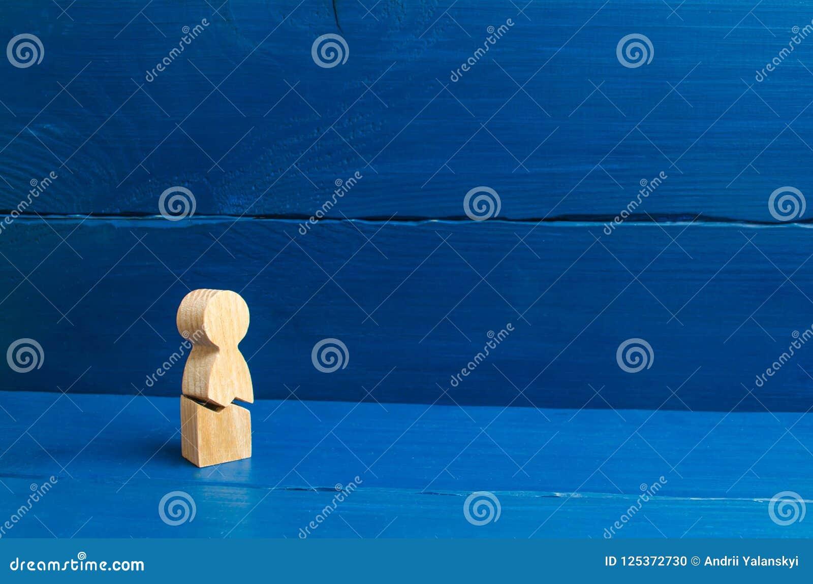 Een houten cijfer van een mens met een barst Het concept psychologische spanning en druk Kon niet zich onze zenuwen en onze gezon