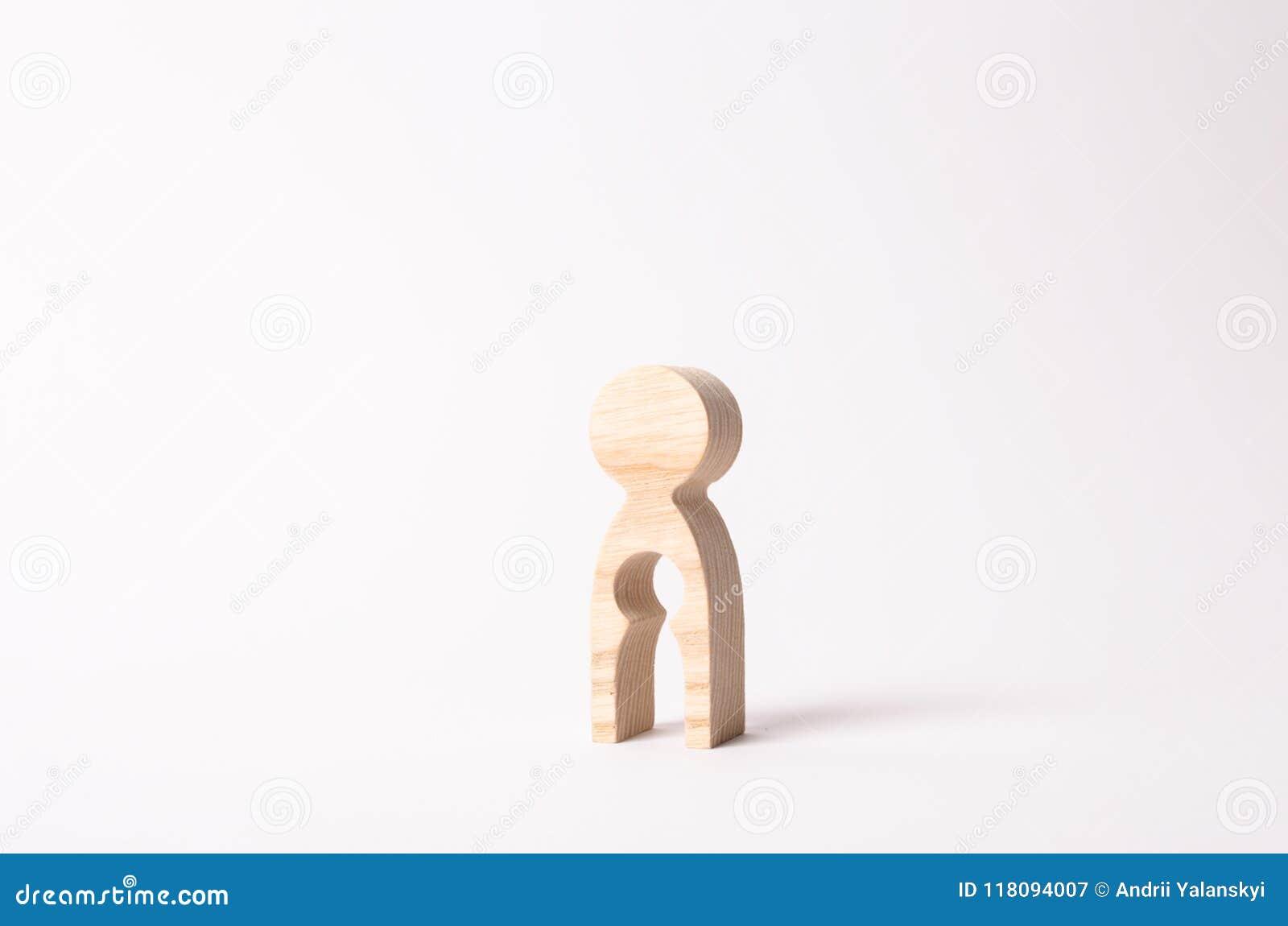 Een houten cijfer van een vrouw met een leegte binnen in de vorm van een kind Het concept het verlies van kind, abortus van zwang
