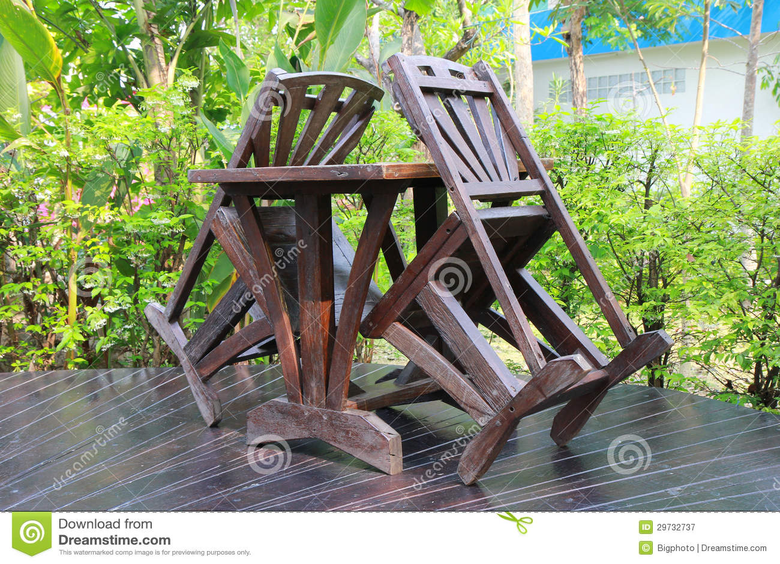 Een houten die eettafel in het weelderige tuin plaatsen wordt geplaatst stock afbeelding - Eettafel houten ontwerp ...