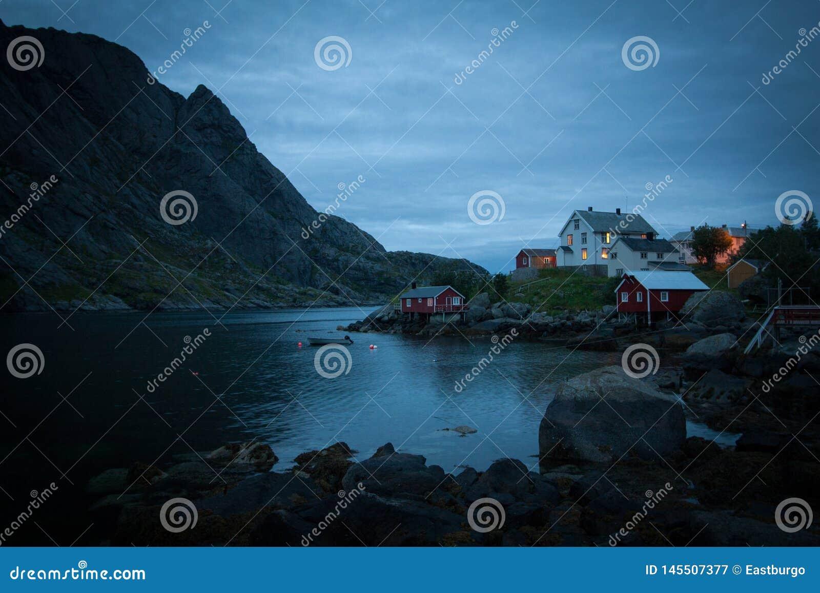 Een humeurig dorp bij schemer op Lofoten-Eiland