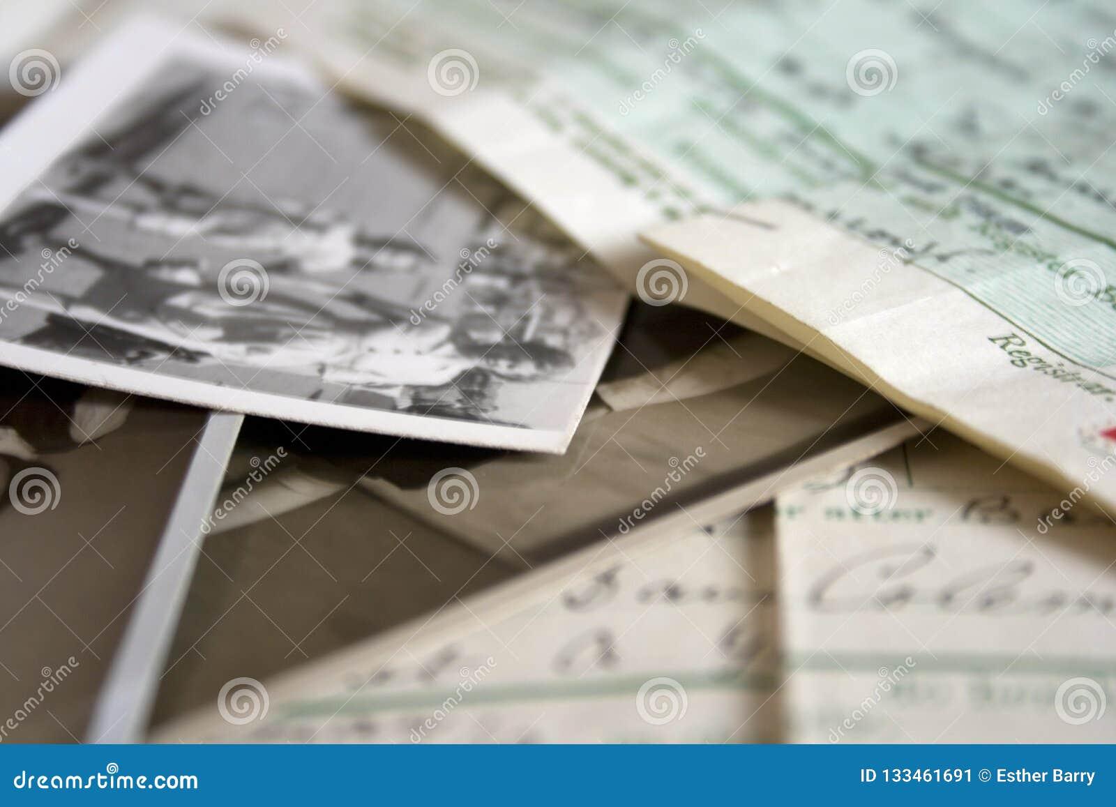 Een inzameling van oude uitstekende familiedocumenten