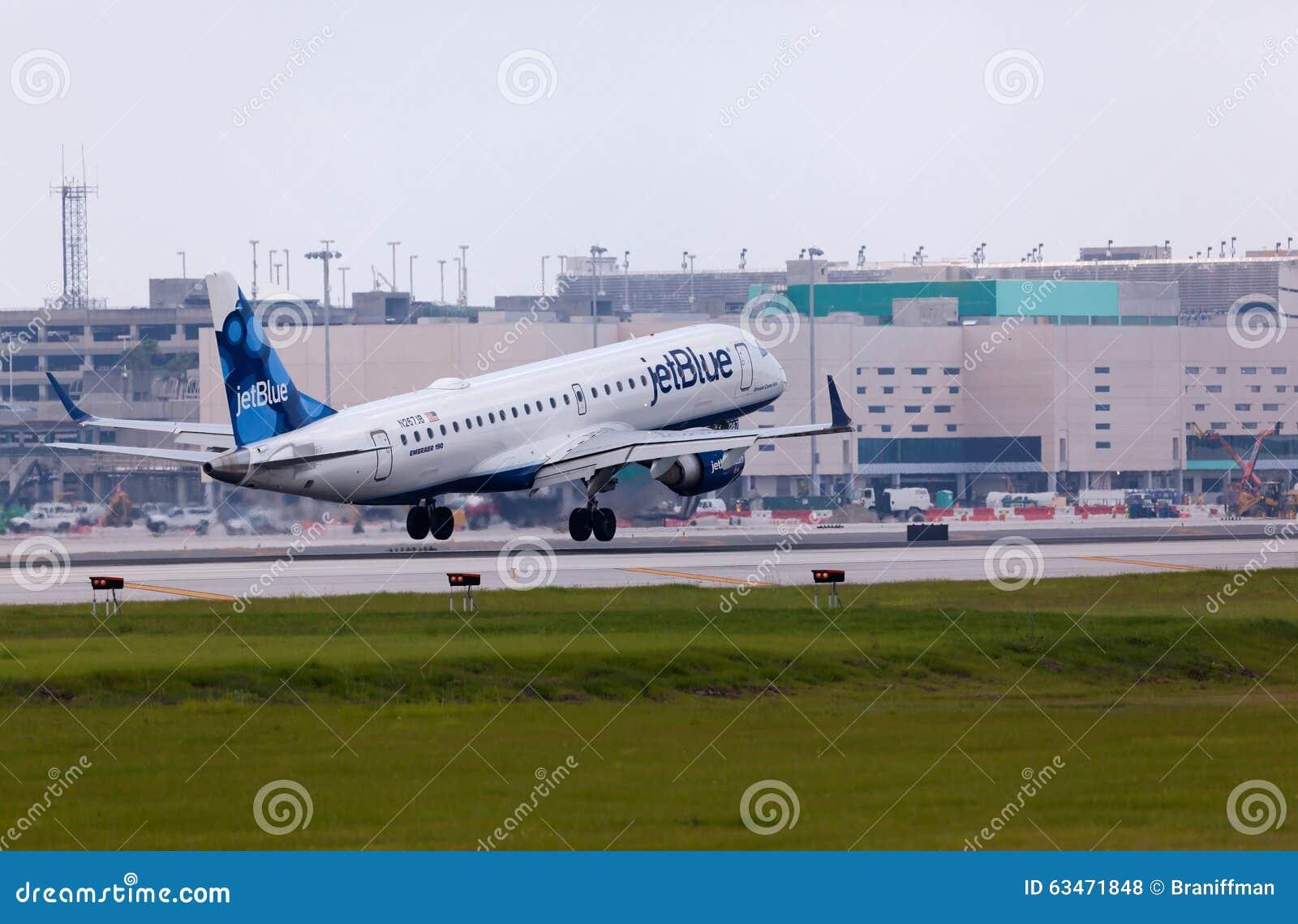 Een Jetblue-Luchtvaartlijnen Embraer 190 vliegtuigen het landen