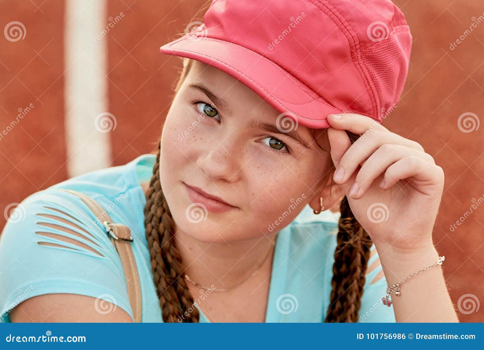 Een jong helder meisje houdt van sporten sportief meisje in een honkbal GLB
