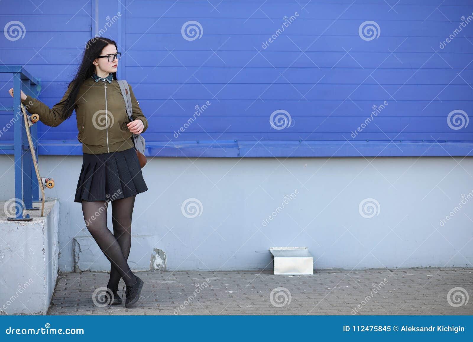 Een jong hipstermeisje berijdt een skateboard Meisjesmeisjes F