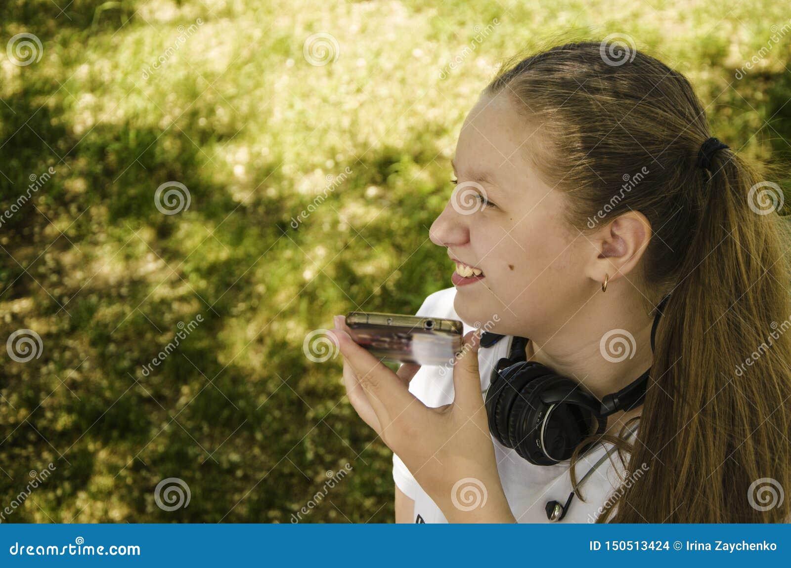 Een jong meisje die op de telefoon spreken