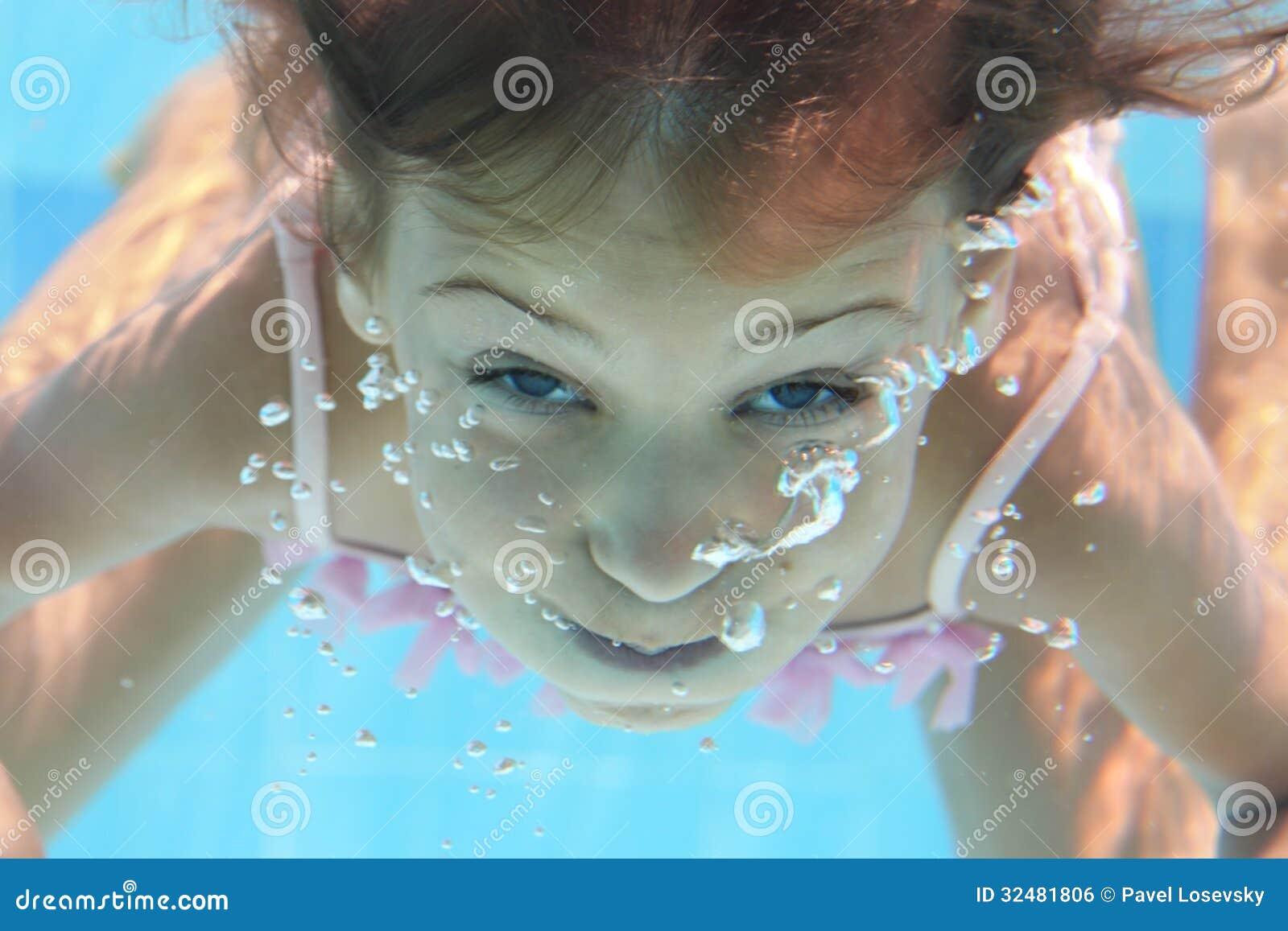 Een Jong Meisje Met Open Ogen Duikt Onder Het Water Stock