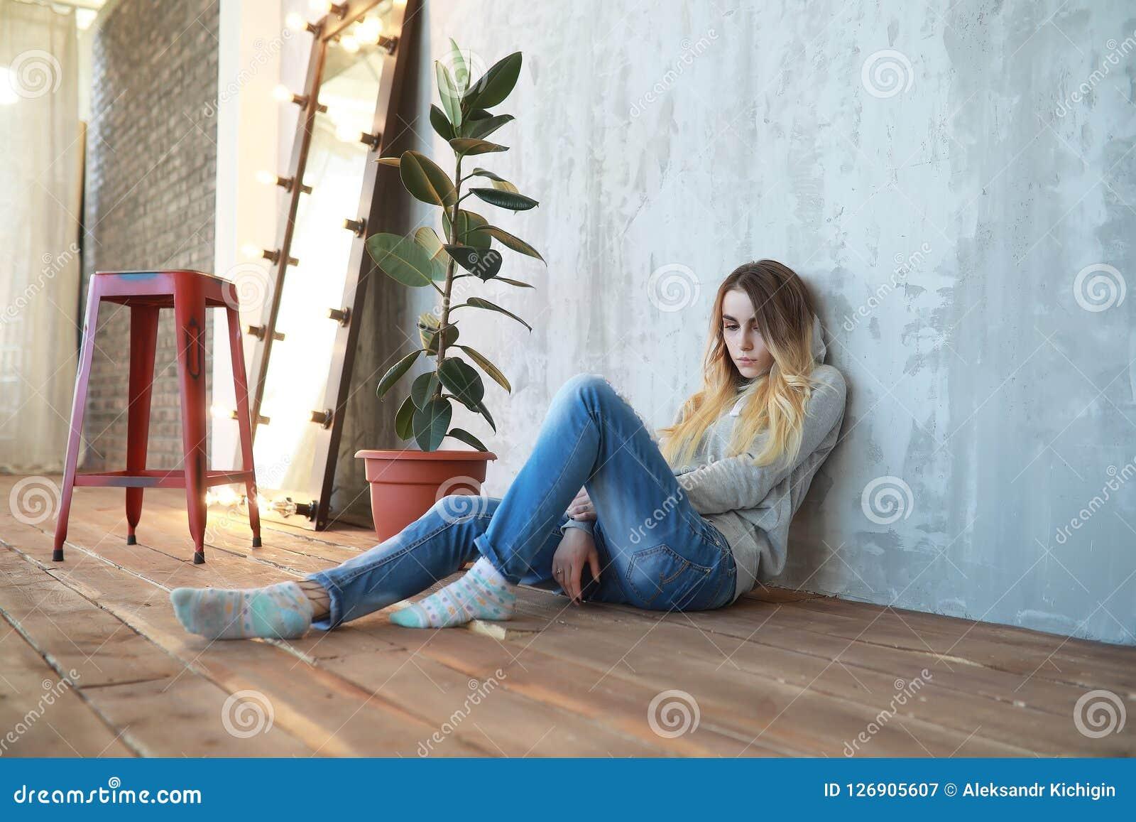 Een jong meisje rust in een comfortabele ruimte