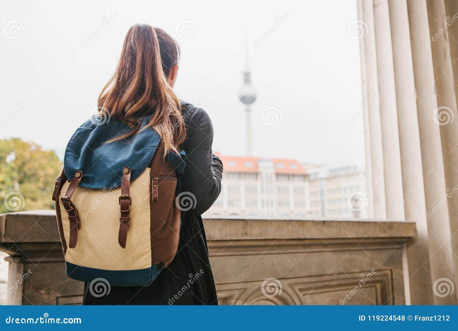 Een jonge meisjesreiziger of een toerist of de student met een rugzak reizen naar Berdlin in Duitsland