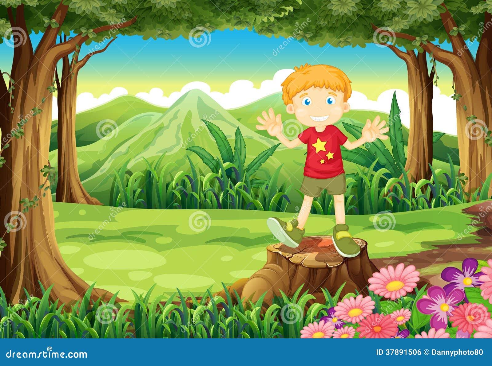 Een jonge mens die zich boven de stomp bij het bos bevinden