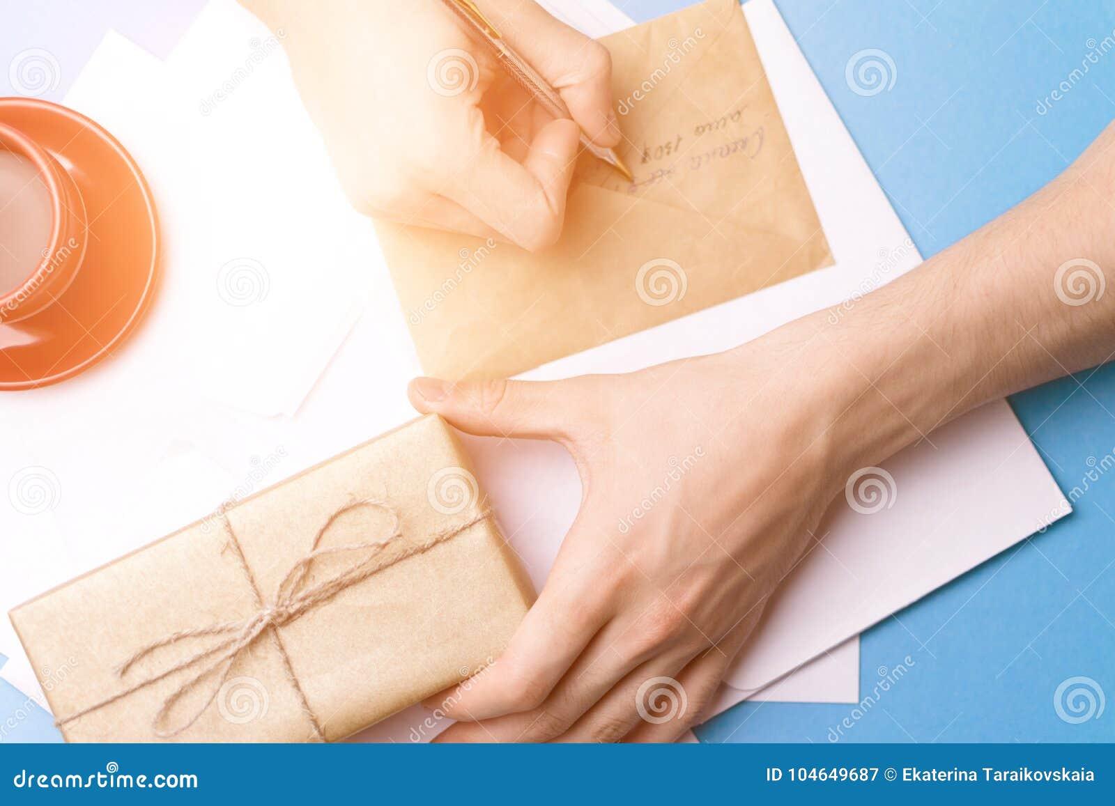 Een jonge mens onderzoekt en ondertekent de brief Het concept correspondentie