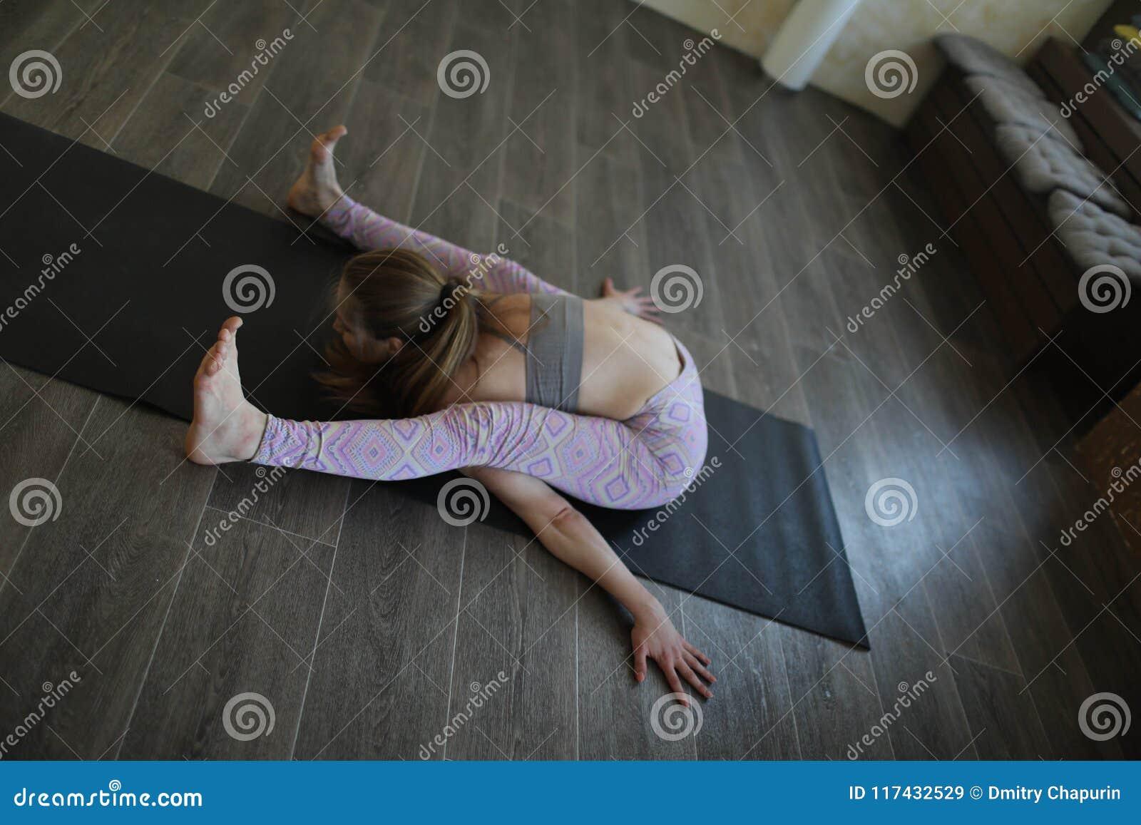Een jonge vrouw die Ashtanga-yoga uitoefenen