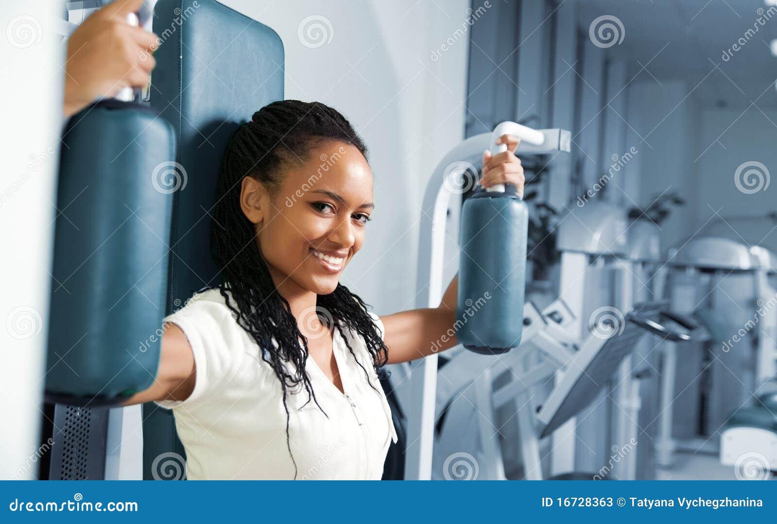 Een jonge vrouw in een gymnastiek