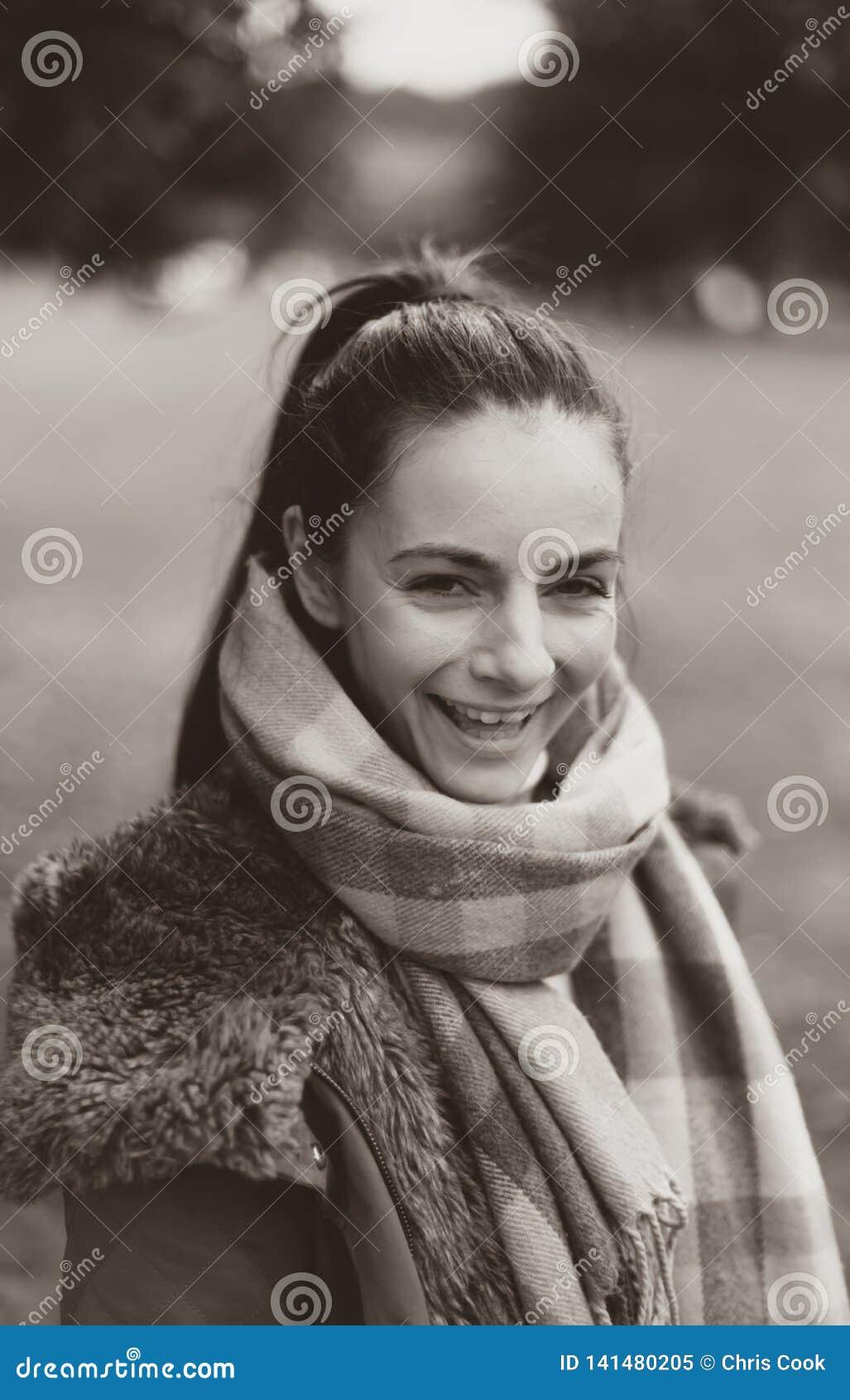 Een jonge vrouwelijke Kaukasische vrouw die bij de camera lachen