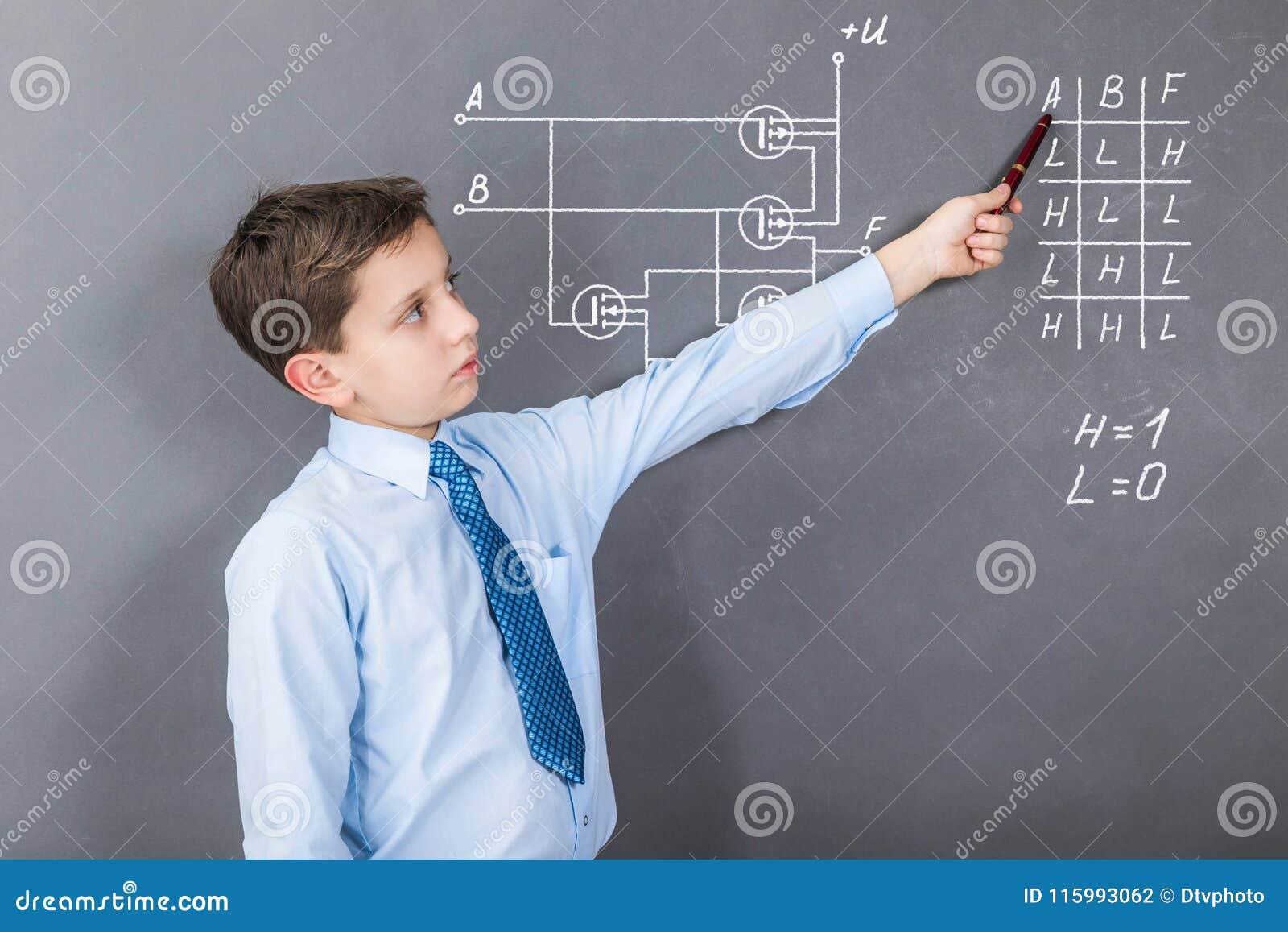 Een jongen die digitale spaanders op CMOS transistors bestuderen