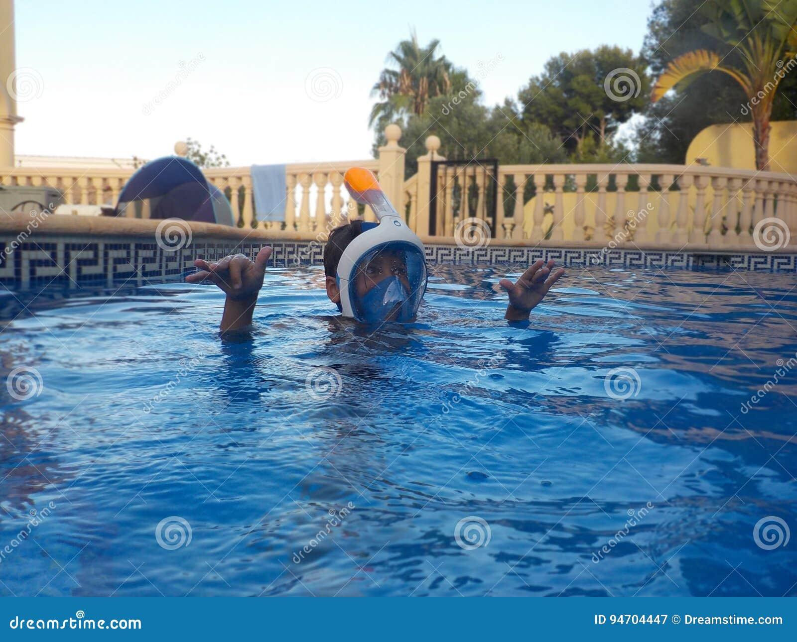 Een jongen speelt in een zwembad met Easybreath-masker