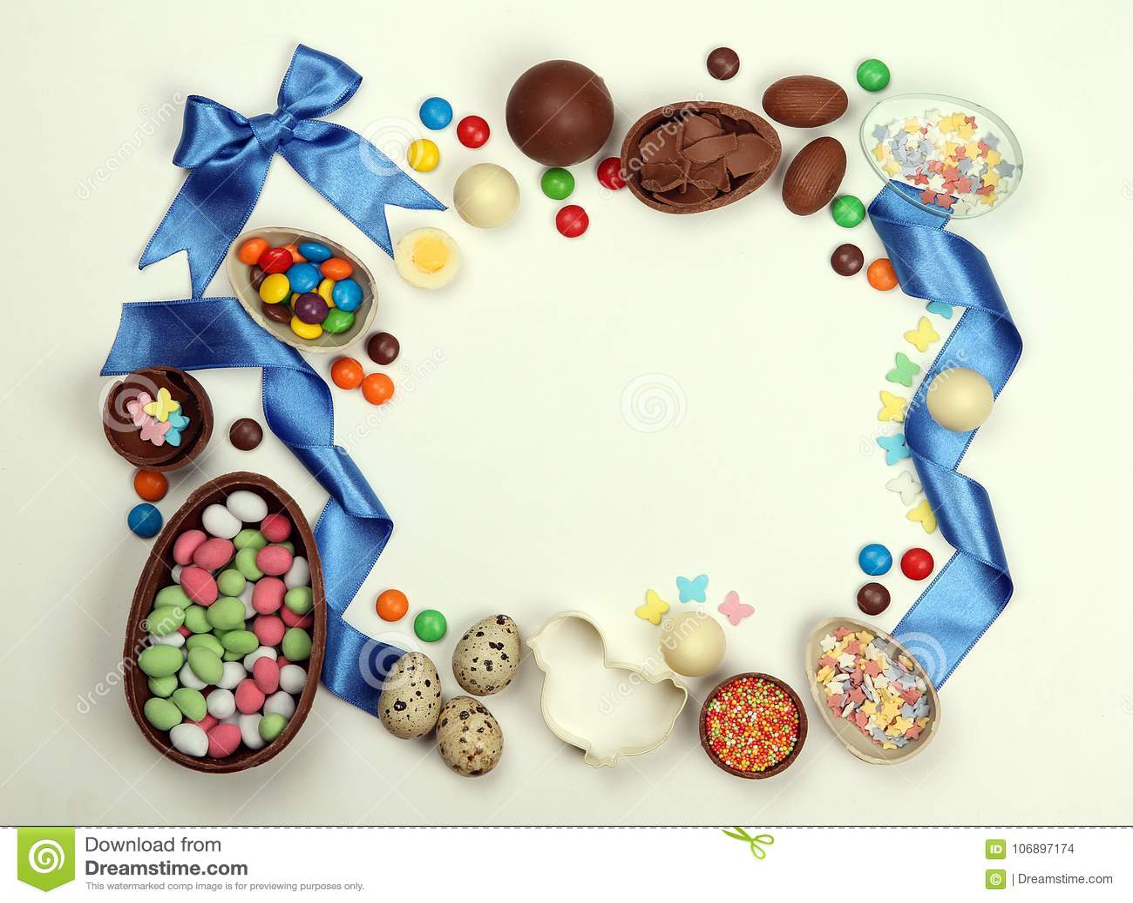 Een kader van chocoladepaaseieren, snoepjes van linten en bogen op een witte geïsoleerde achtergrond