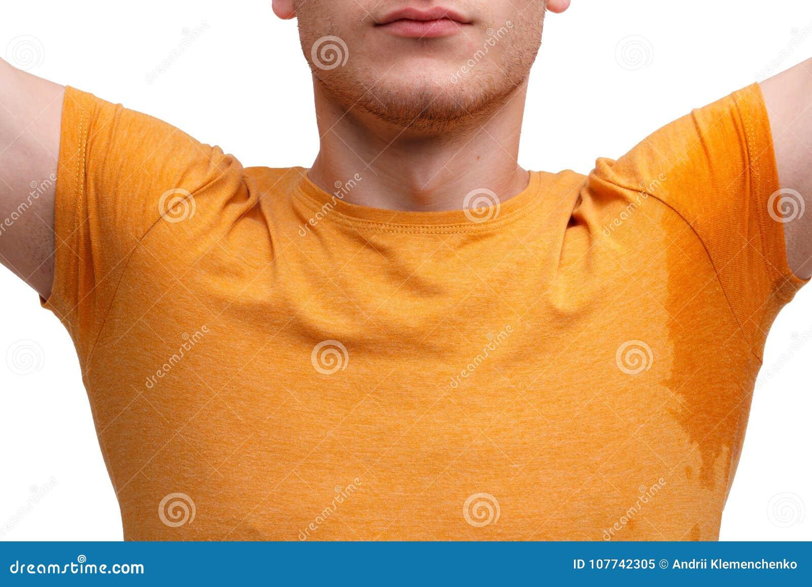 Een kerel gekleed in een T-shirt, opgeheven handen met natte zwetende oksels Close-up Geïsoleerd op wit
