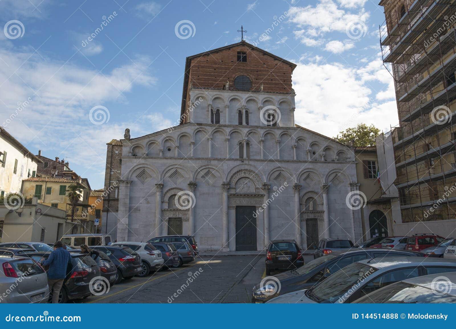Een kerk op een vierkant in het centrum van Luca