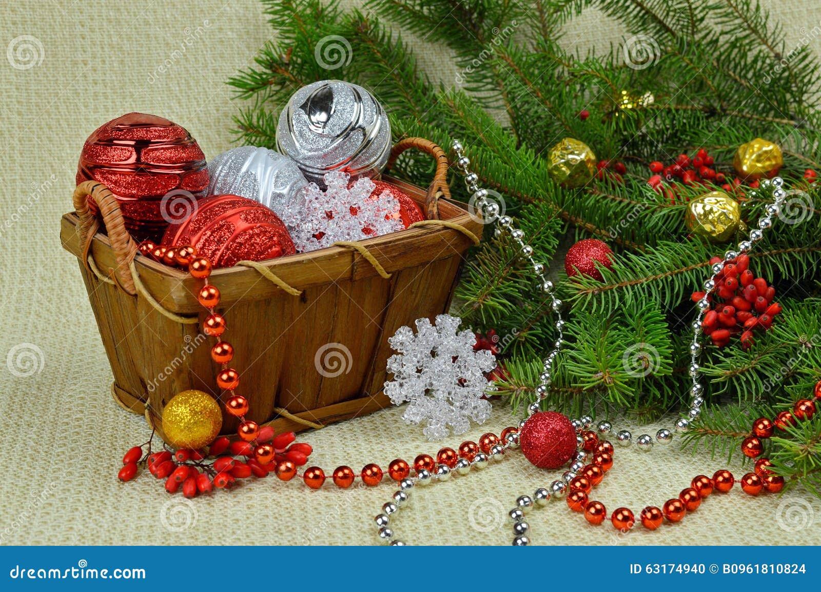 Een Kerstboom in een rustieke stijl, bessen en speelgoed wordt verfraaid dat