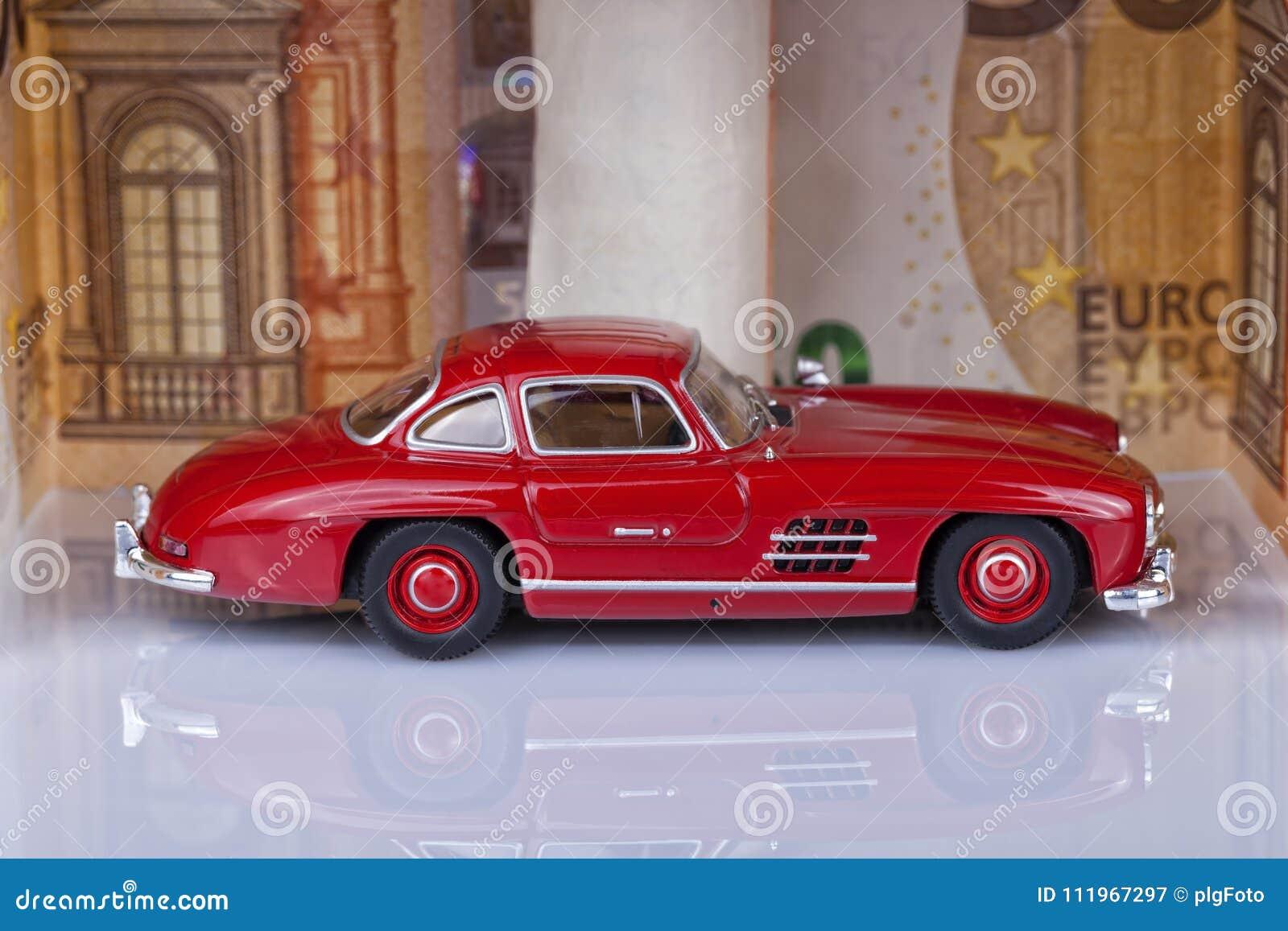 Een klassieke sportwagen van het jaar 1954 van rode kleur binnen een gara