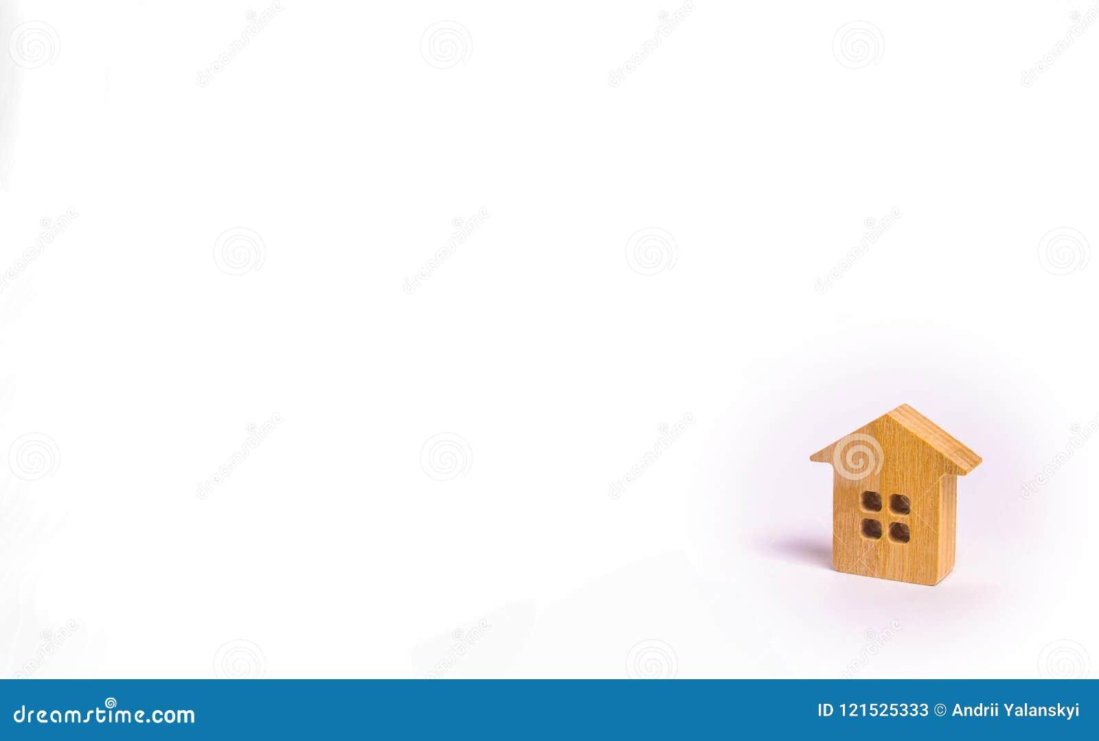 Een klein blokhuis bevindt zich op een witte achtergrond Het concept het kopen en onroerende goederen verkopen, het huren Zoek na