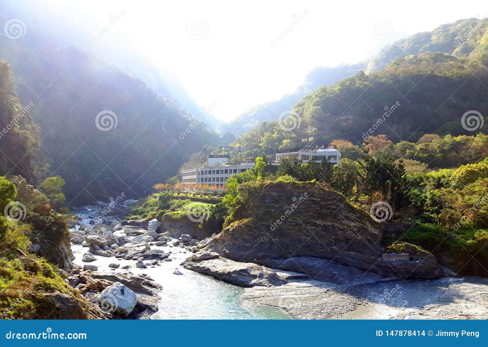 Een klein dorp hoog boven het eilandberg van Formosa
