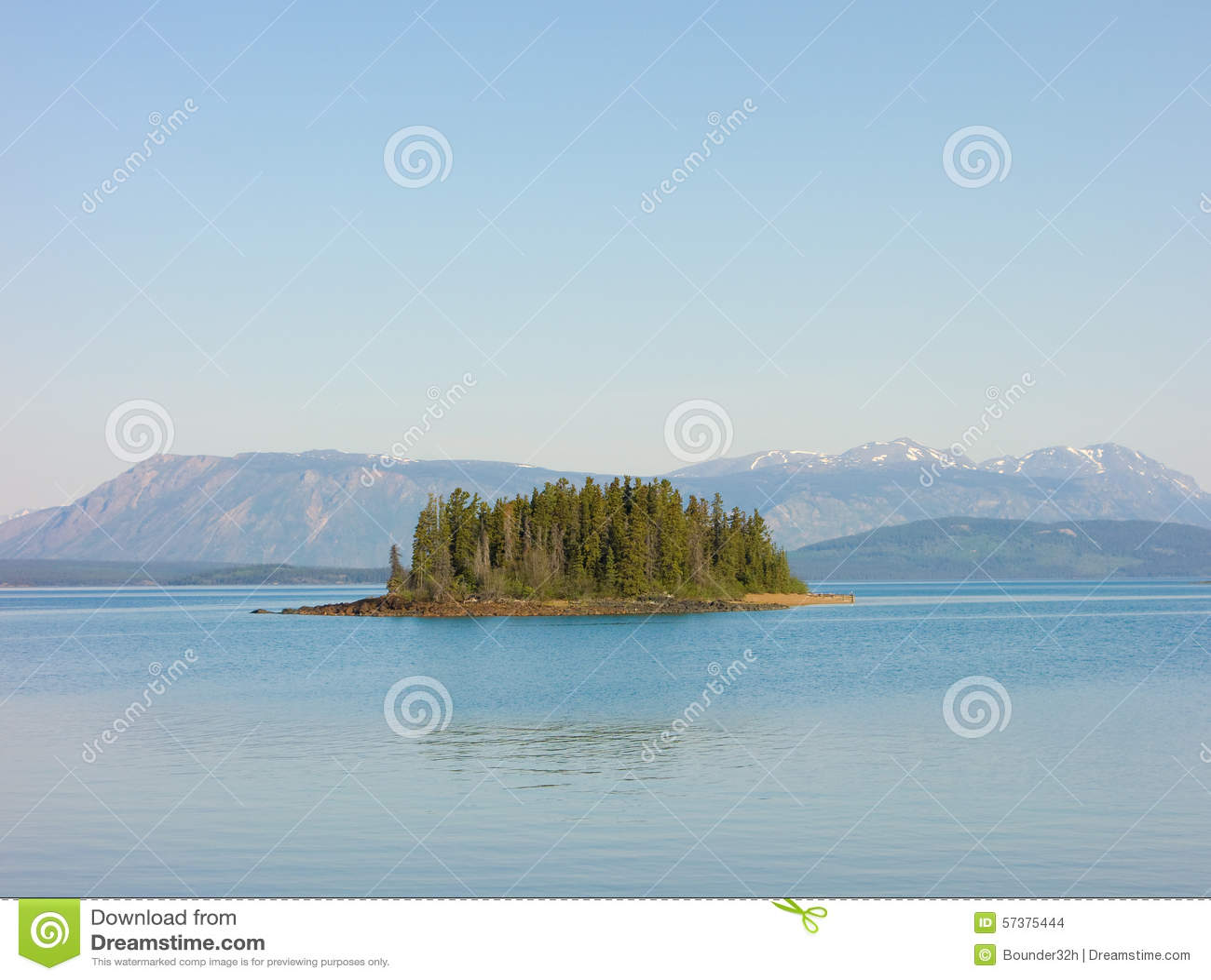 Een klein eiland op een zoetwatermeer in norther BC