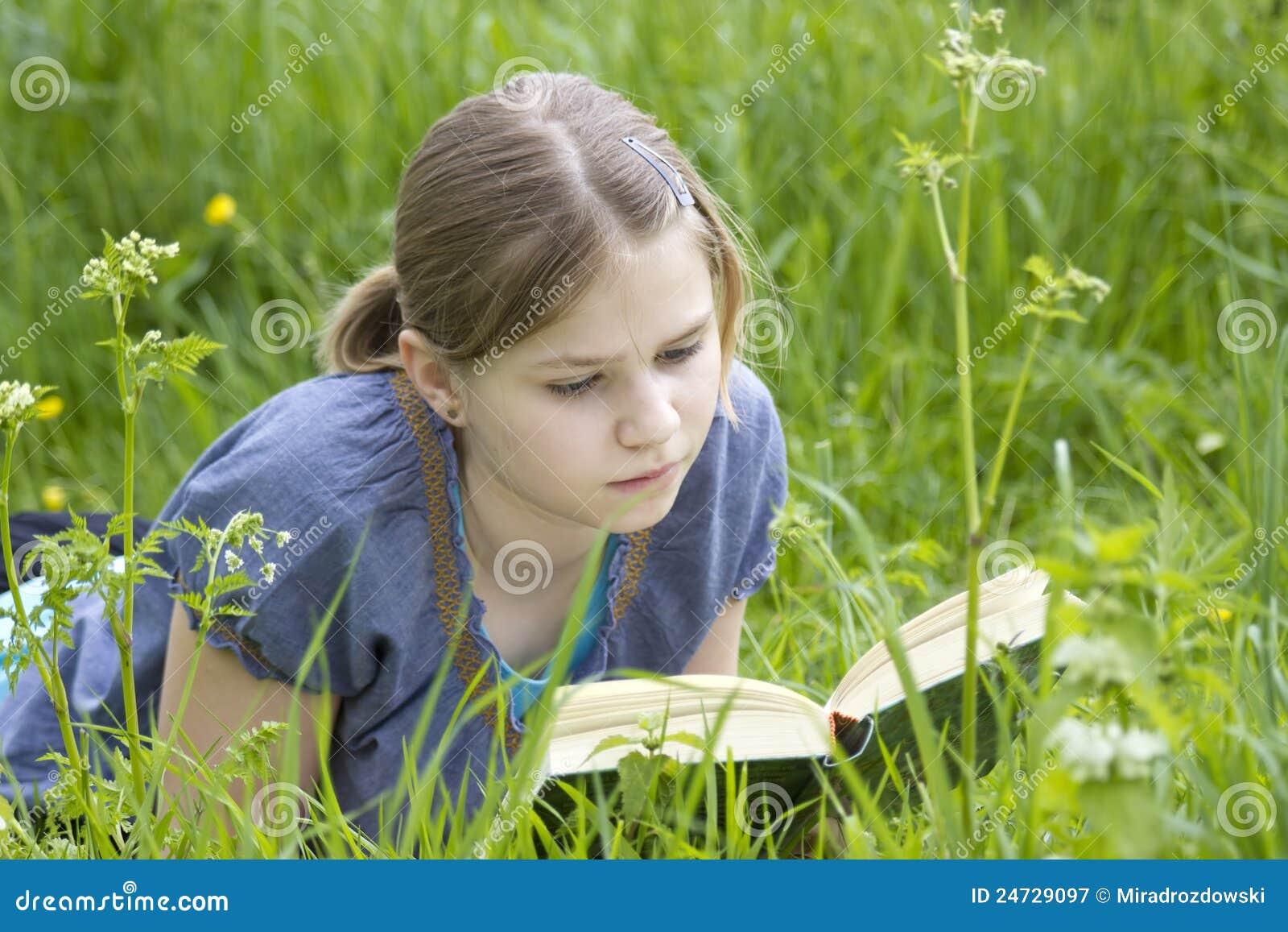 Een klein meisje dat een boek leest openlucht stock afbeelding afbeelding 24729097 - Kantoor voor een klein meisje ...
