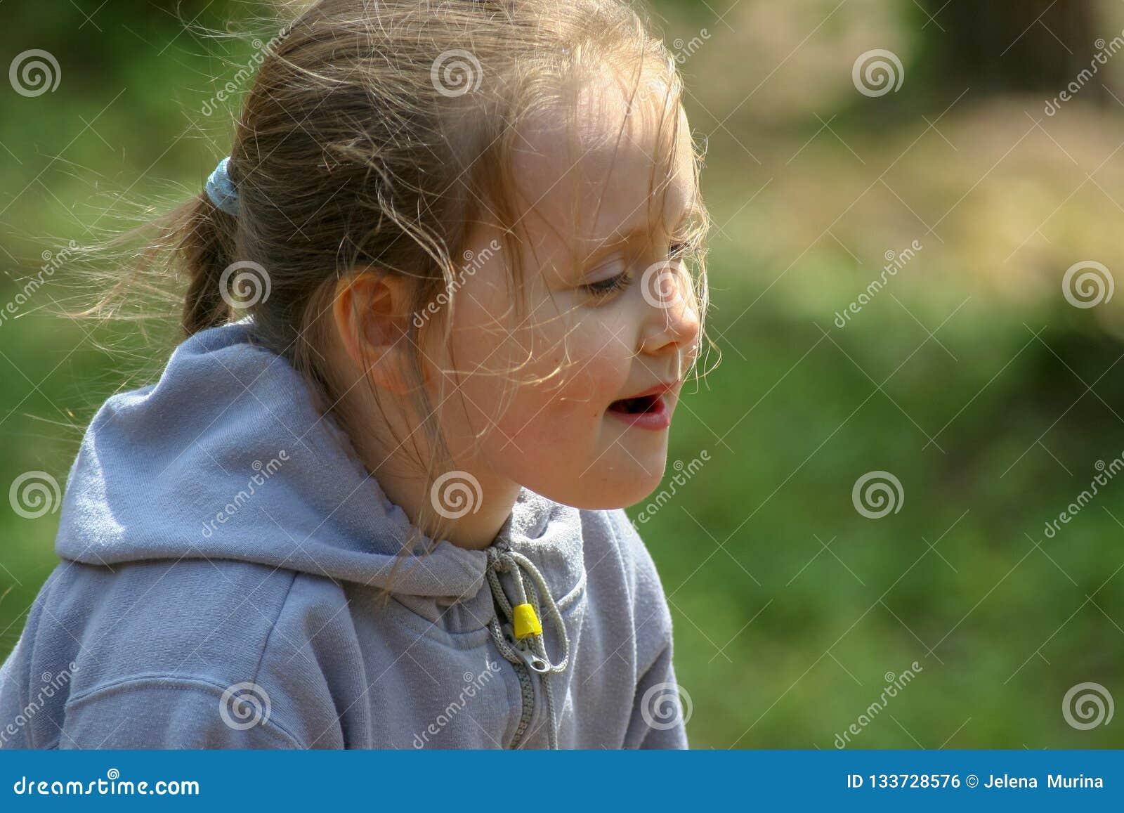 Een klein meisje in de zomer