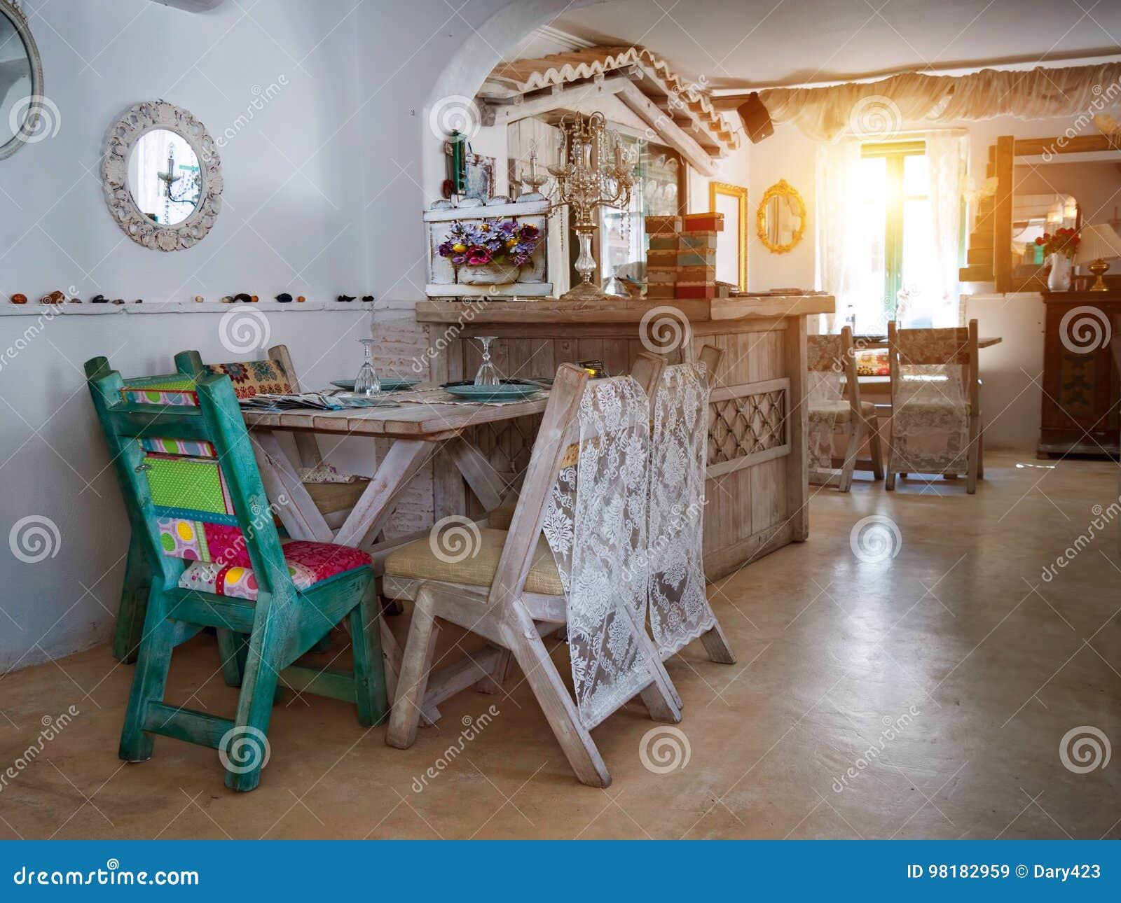 Een kleine eetkamer in een rustiek huis stock afbeelding