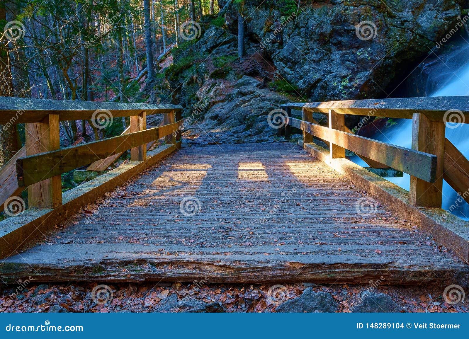 Een kleine, houten brug