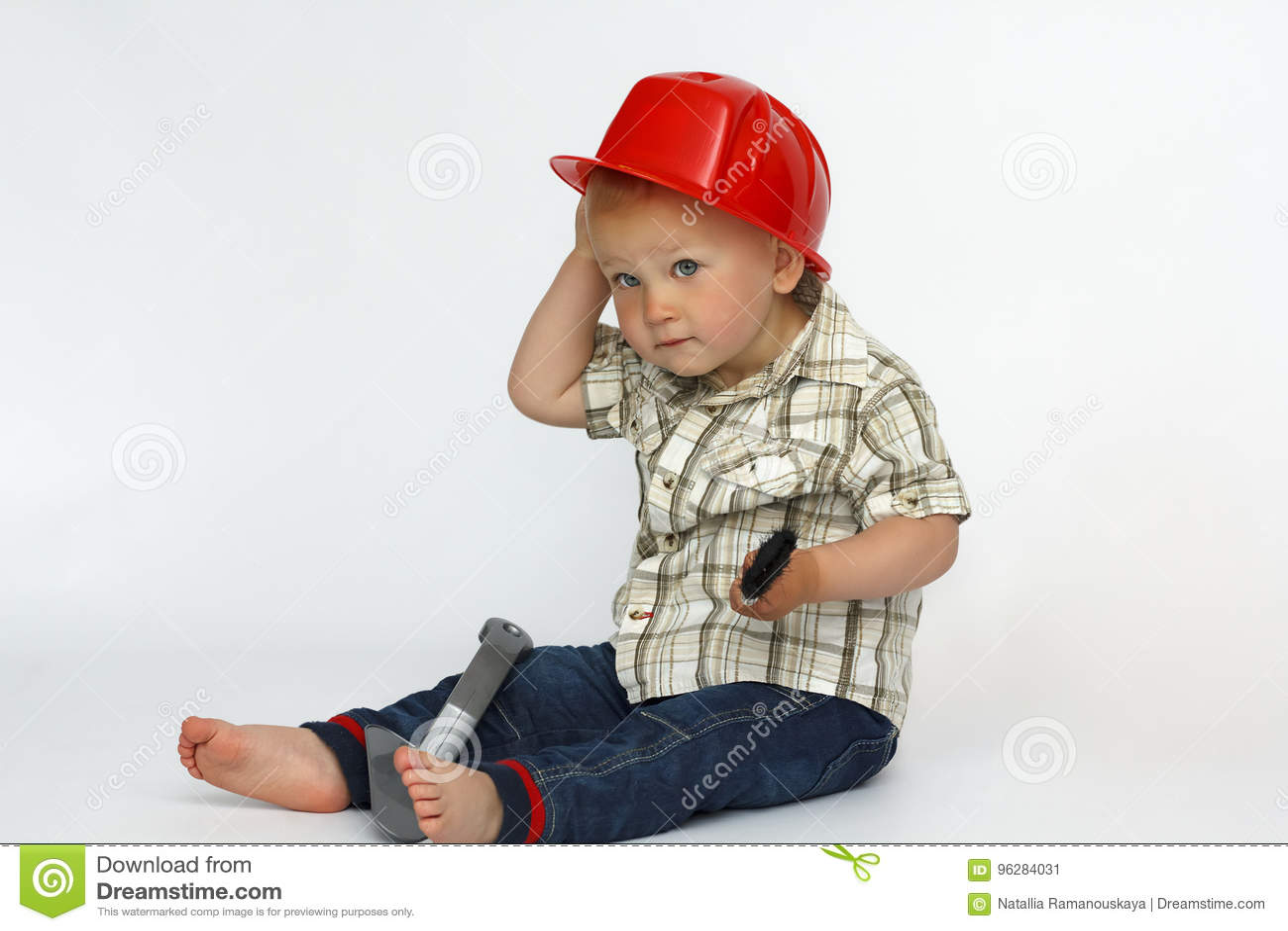 Een kleine jongen in een bouwbouwvakker