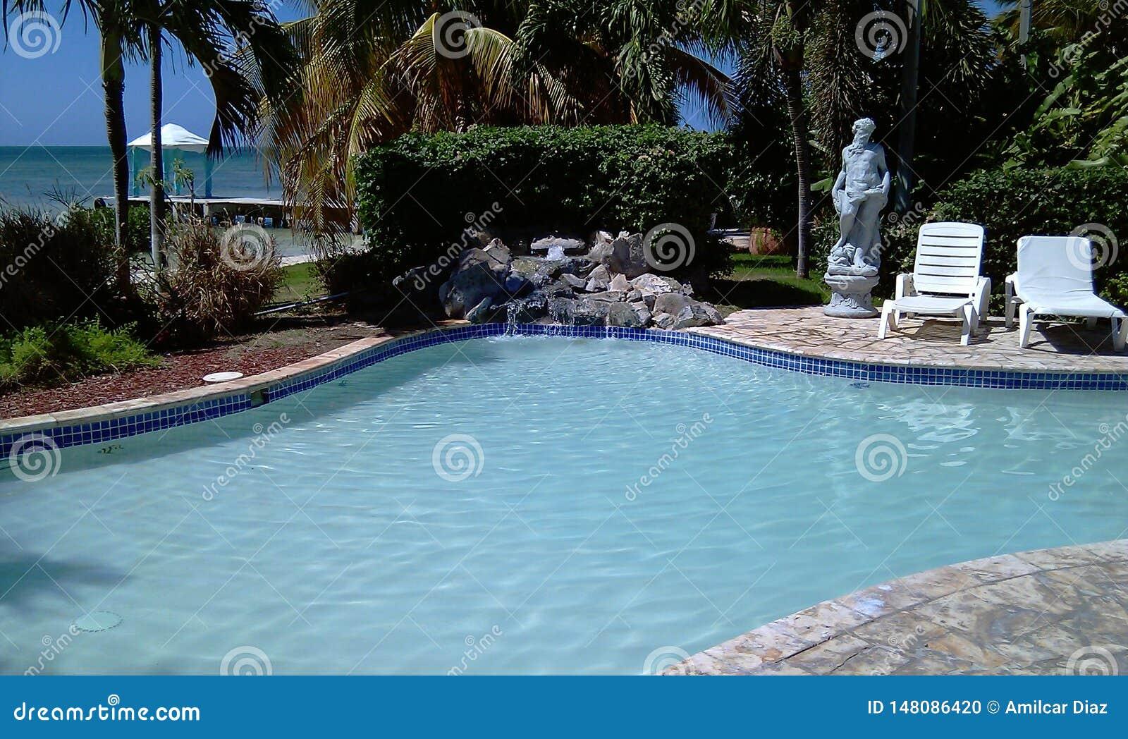 Een kleine pool en massagegebieden