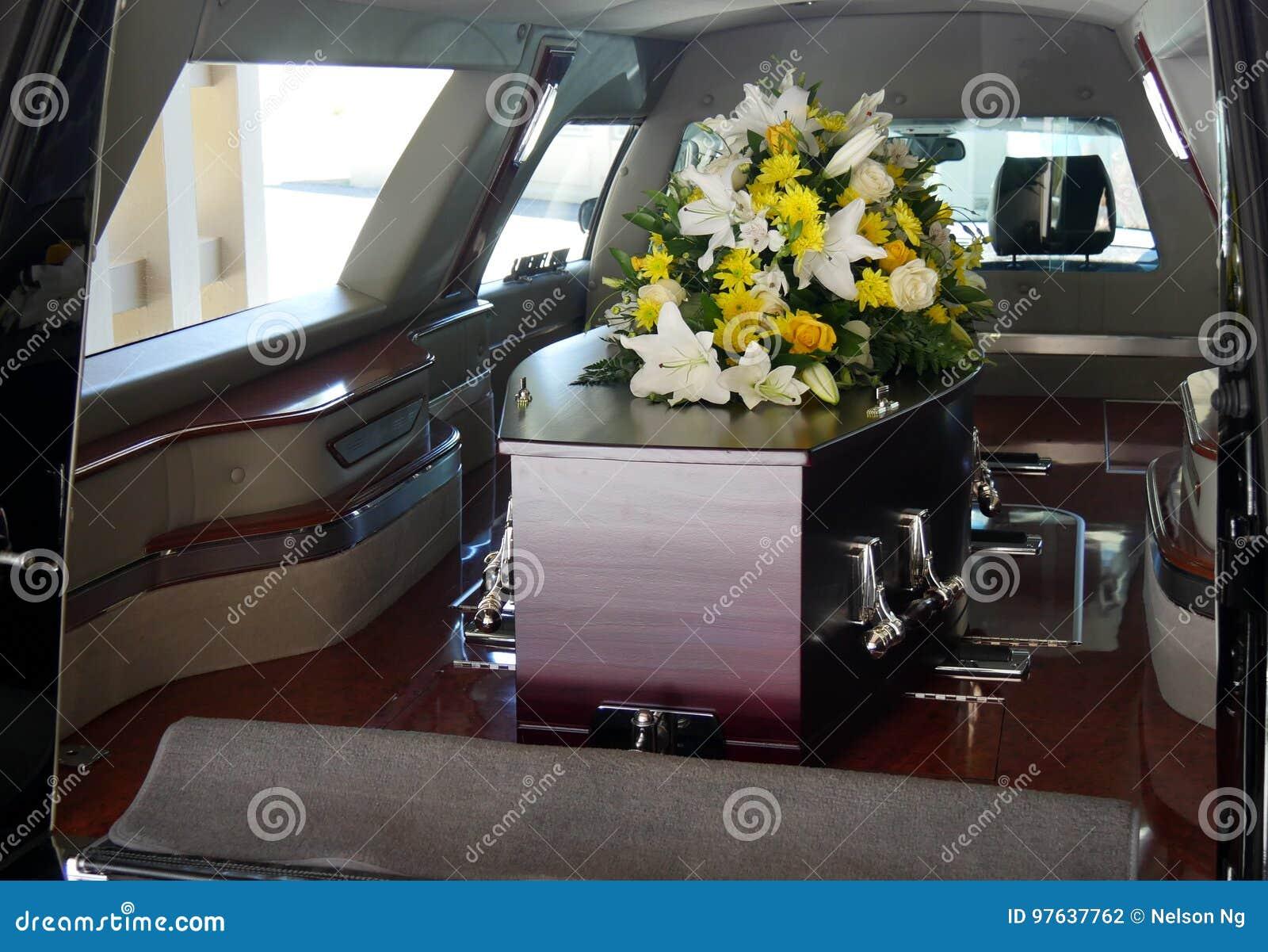 Een kleurrijke kist in een lijkwagen of kerk vóór begrafenis