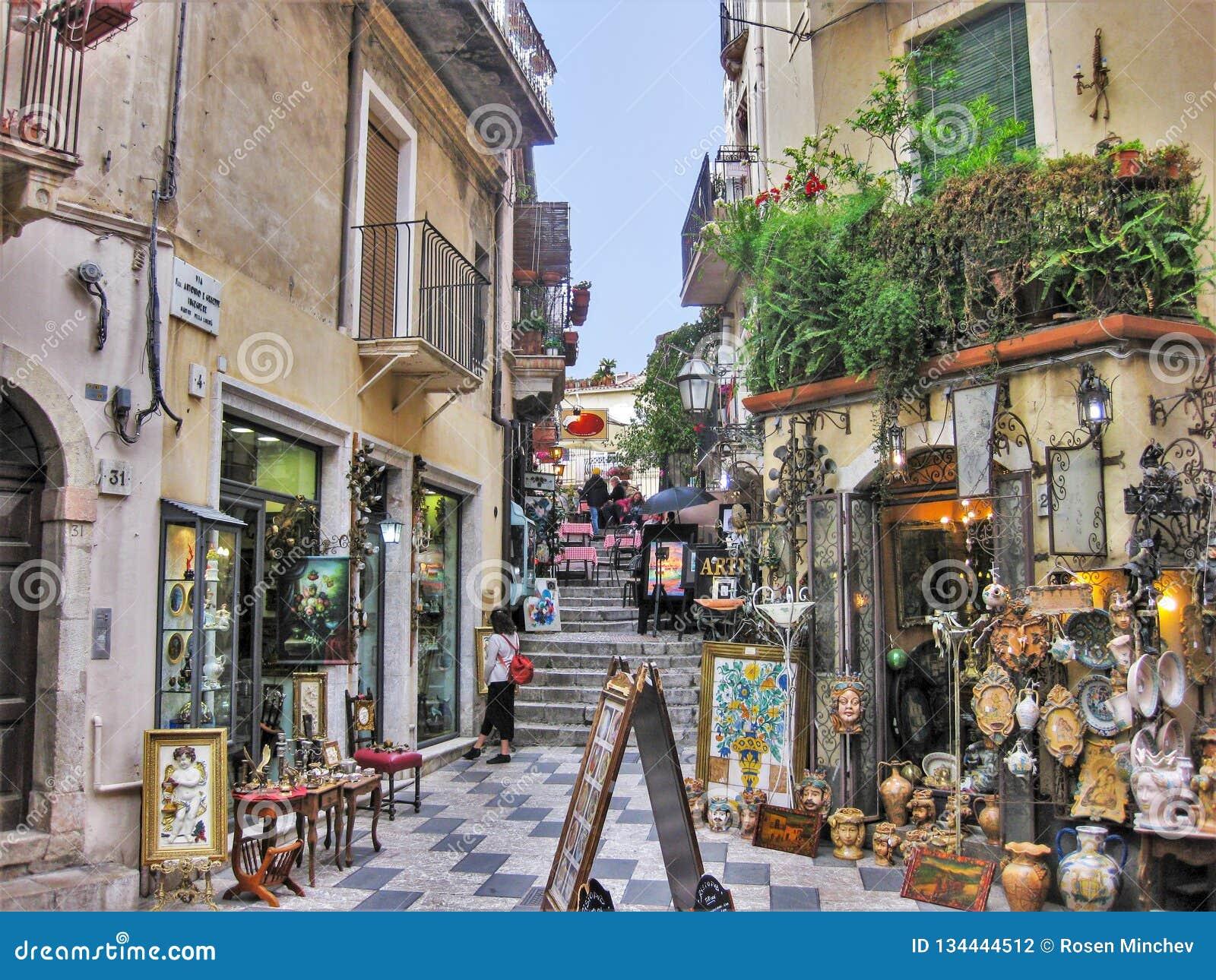 Een kleurrijke Straat in de middeleeuwse stad van Taormina