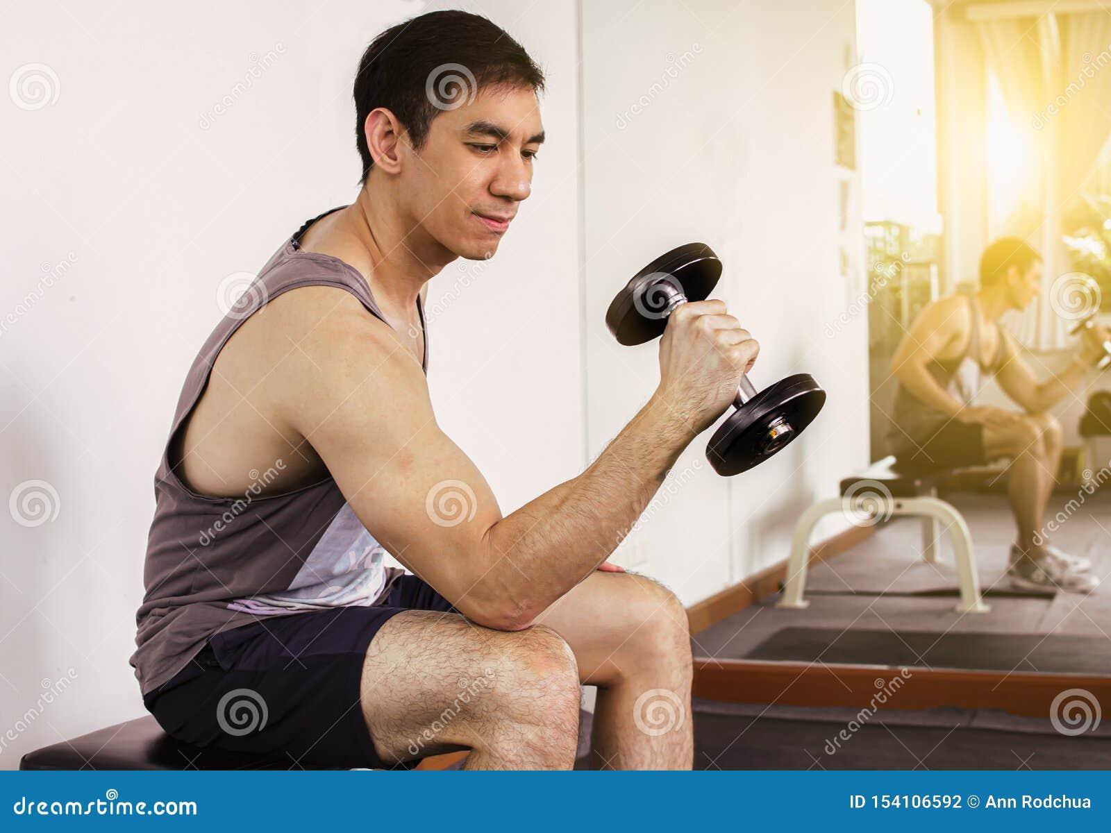 Een knappe mens is oefening in de gymnastiek