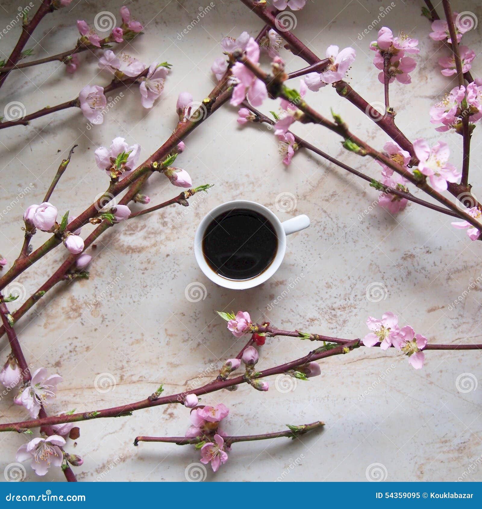 Een kop van coffe met kersenbloesem