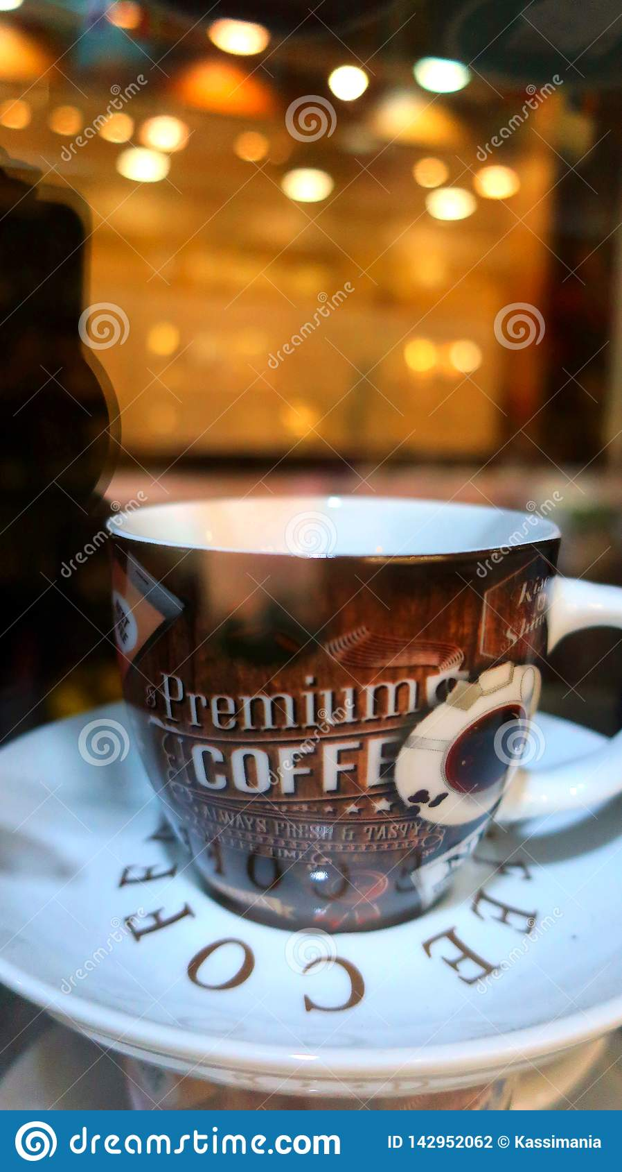 Een Kop van donkere koffie in de nacht