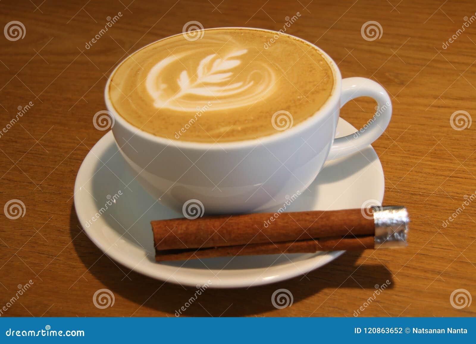 Een kop van hete kunstkoffie latte