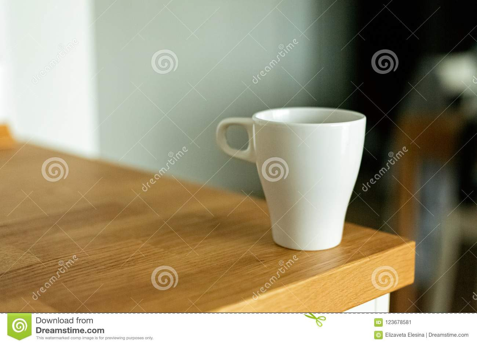 Een kop van koffie in de keuken Skandinavische stijl