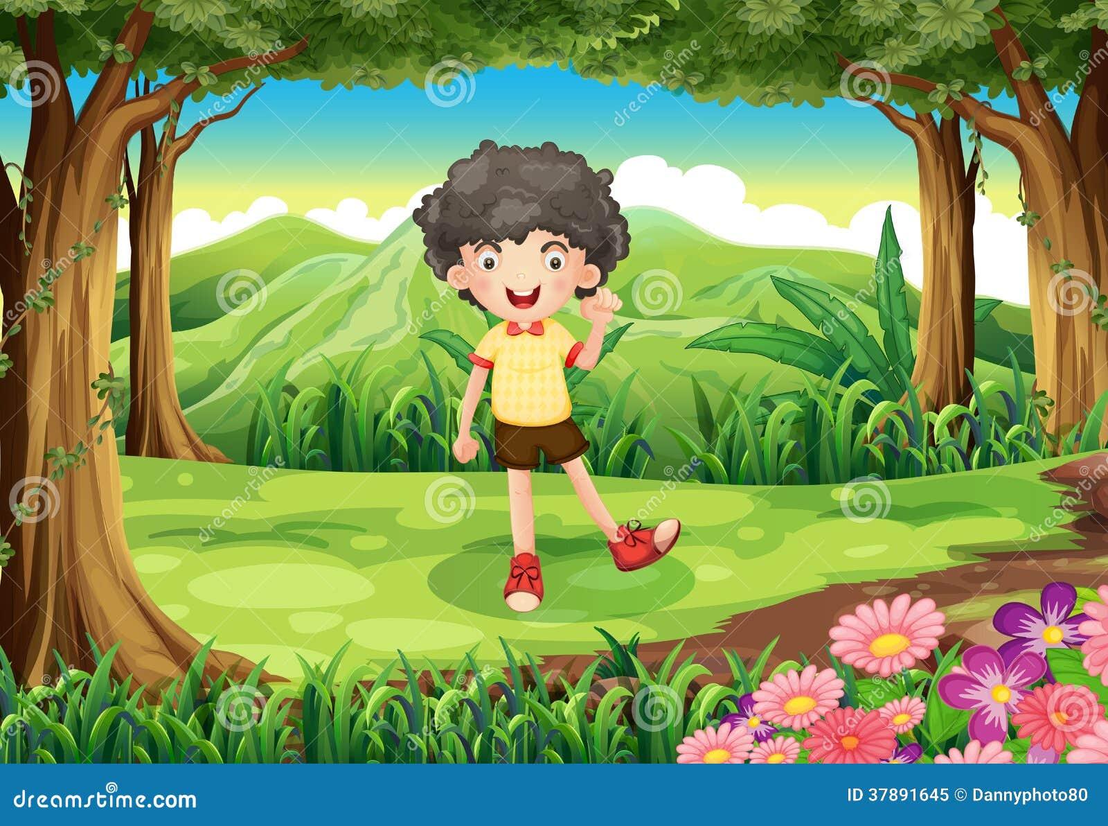 Een krullende jongen bij het bos
