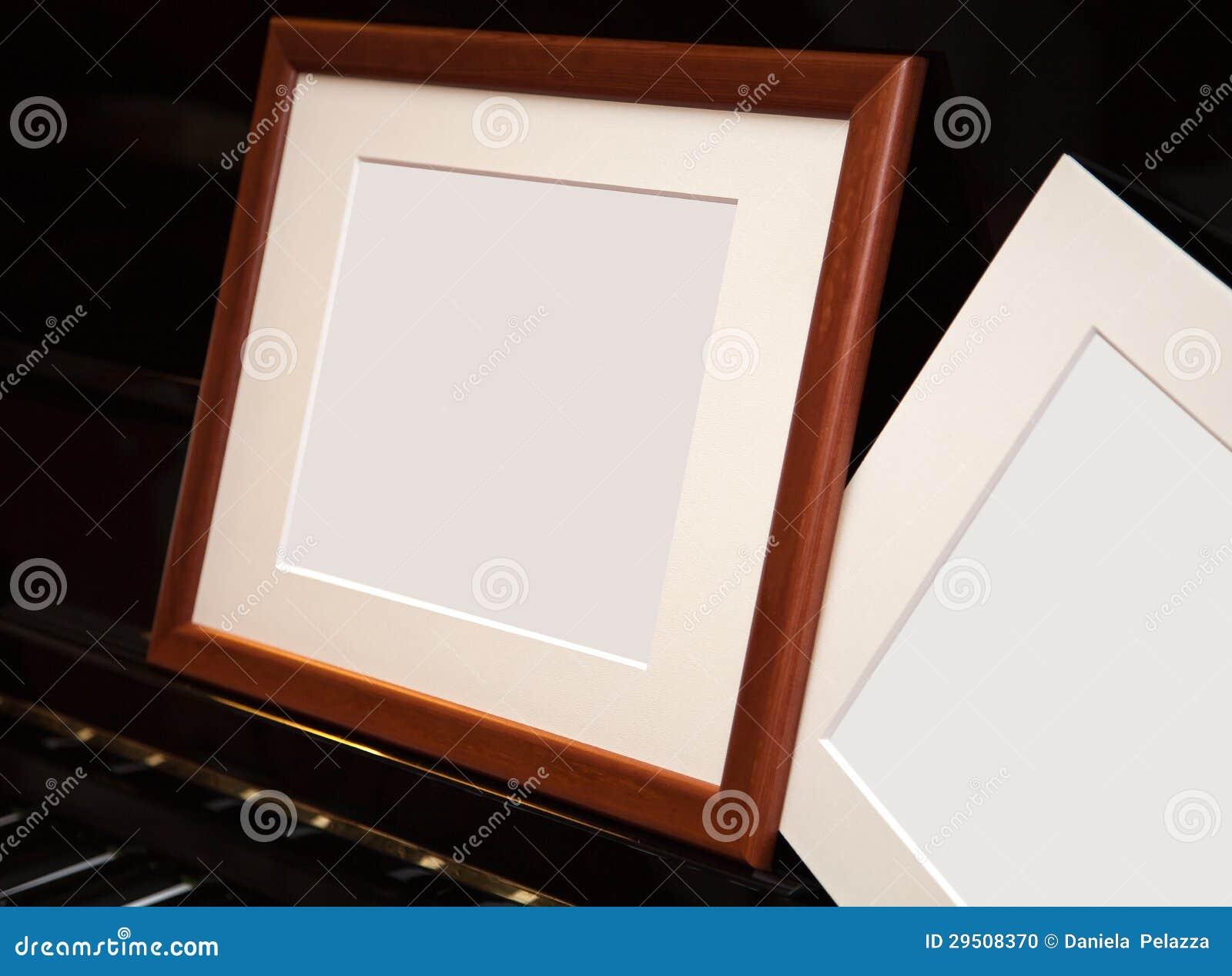 Een leeg frame op een pianoforte