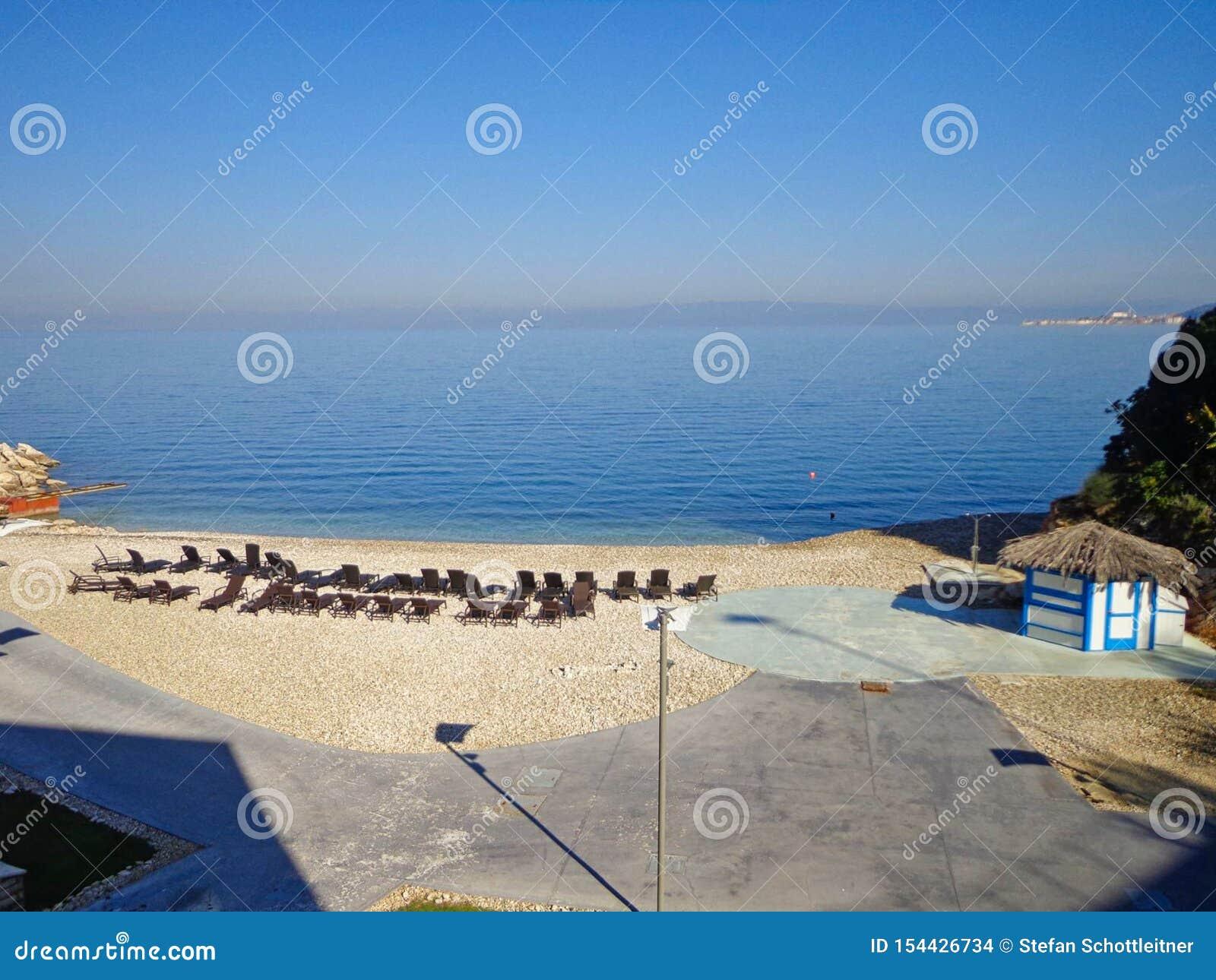Een leeg strand met stoelen