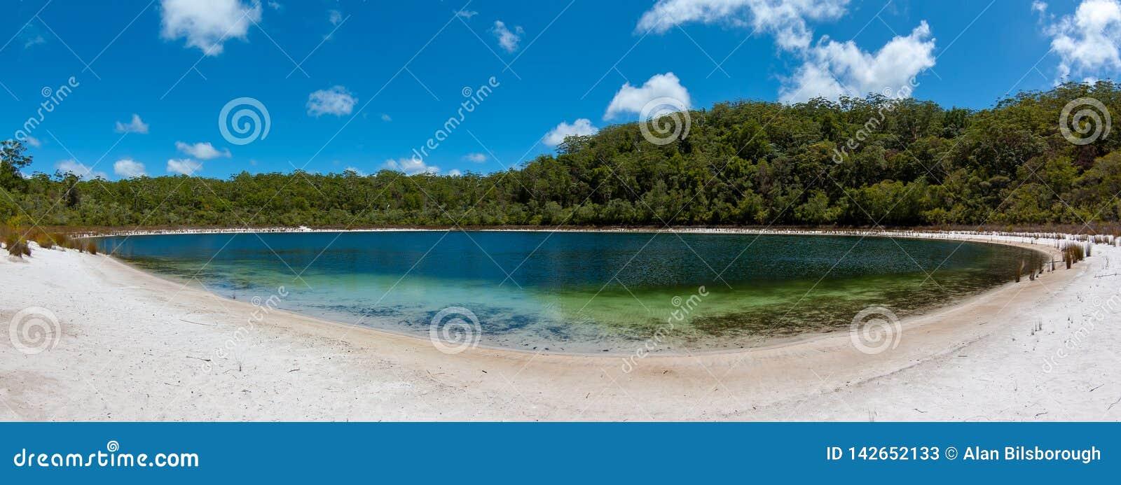 Een leeg, vreedzaam en mooi meer op Fraser Island